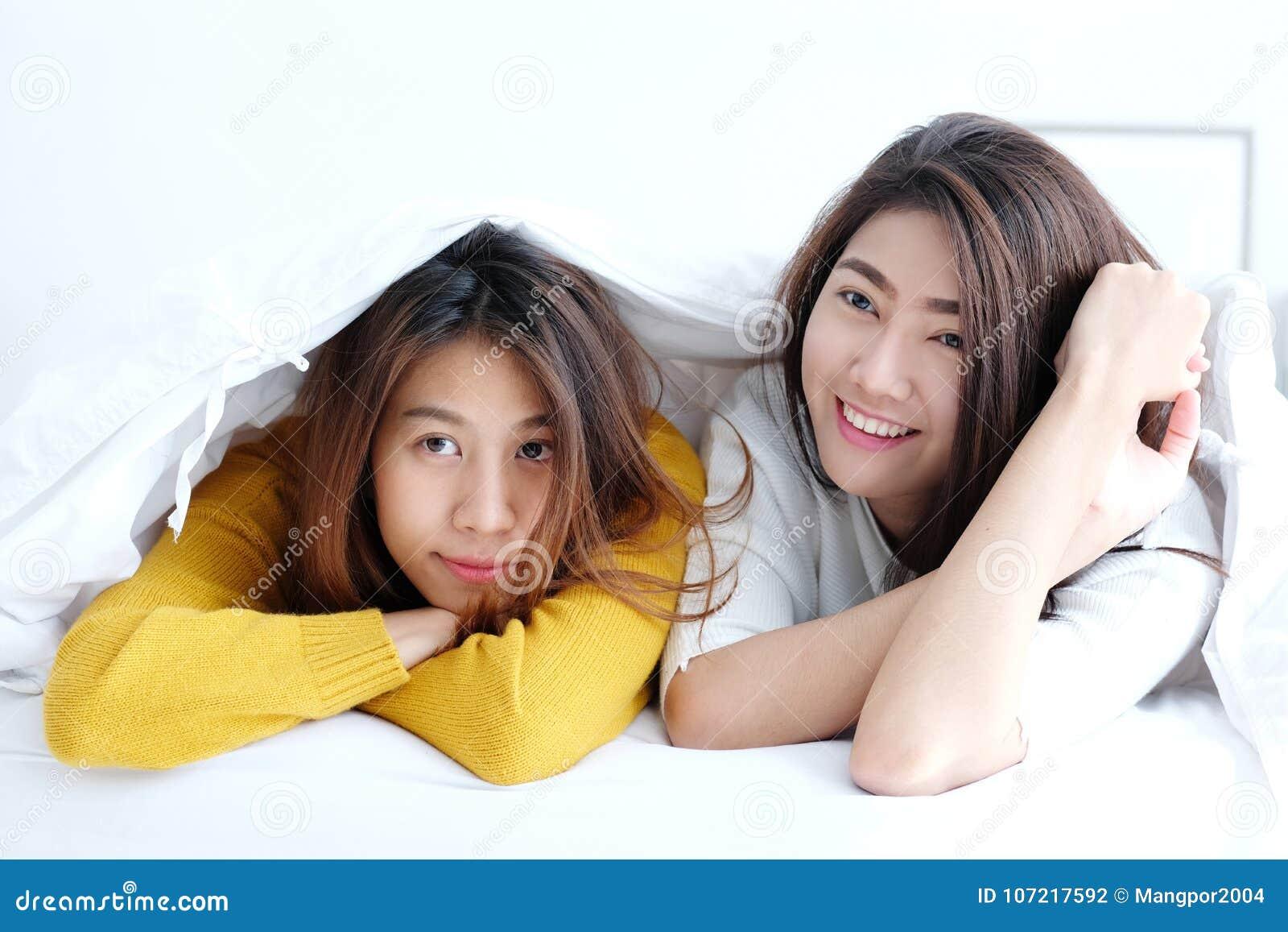 Noir et blanc lesbiennes dans lit