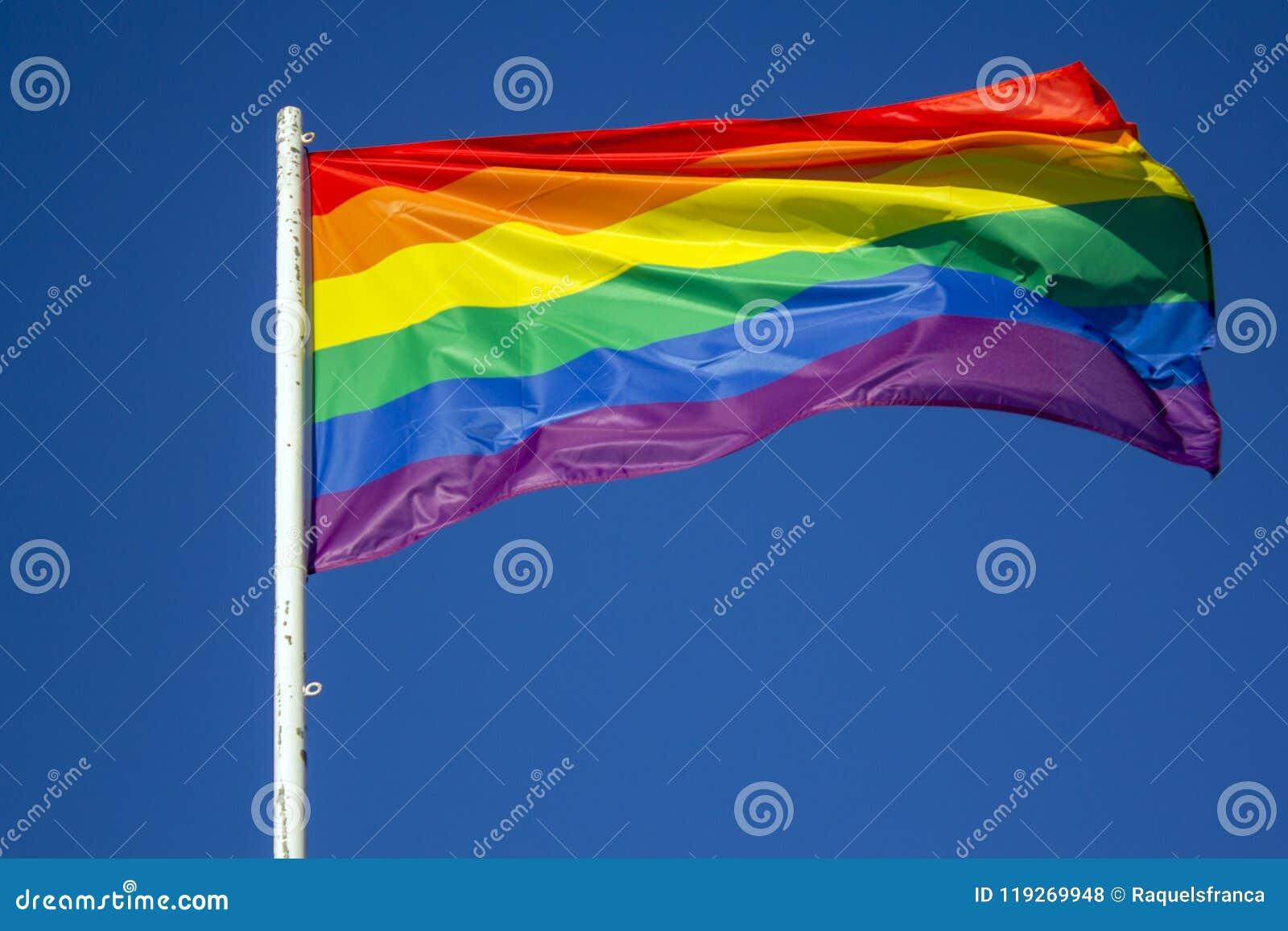 LGBT-Regenbogen-Stolzflagge gegen blauen Himmel