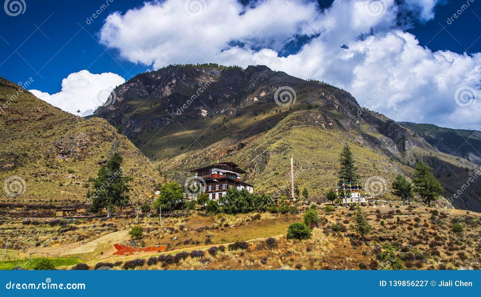 Lhakhang Tamchog под ¼ Œa ï голубого неба 600 лет виска Бутана, Paro к Тхимпху