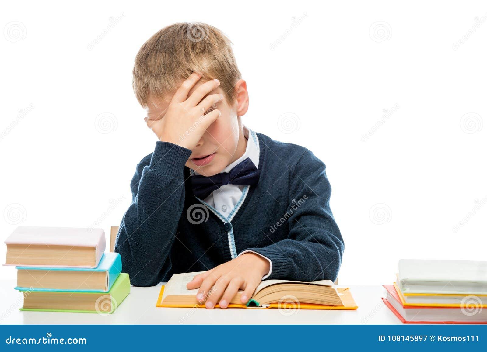 Lições sonolentos cansadas da leitura da estudante