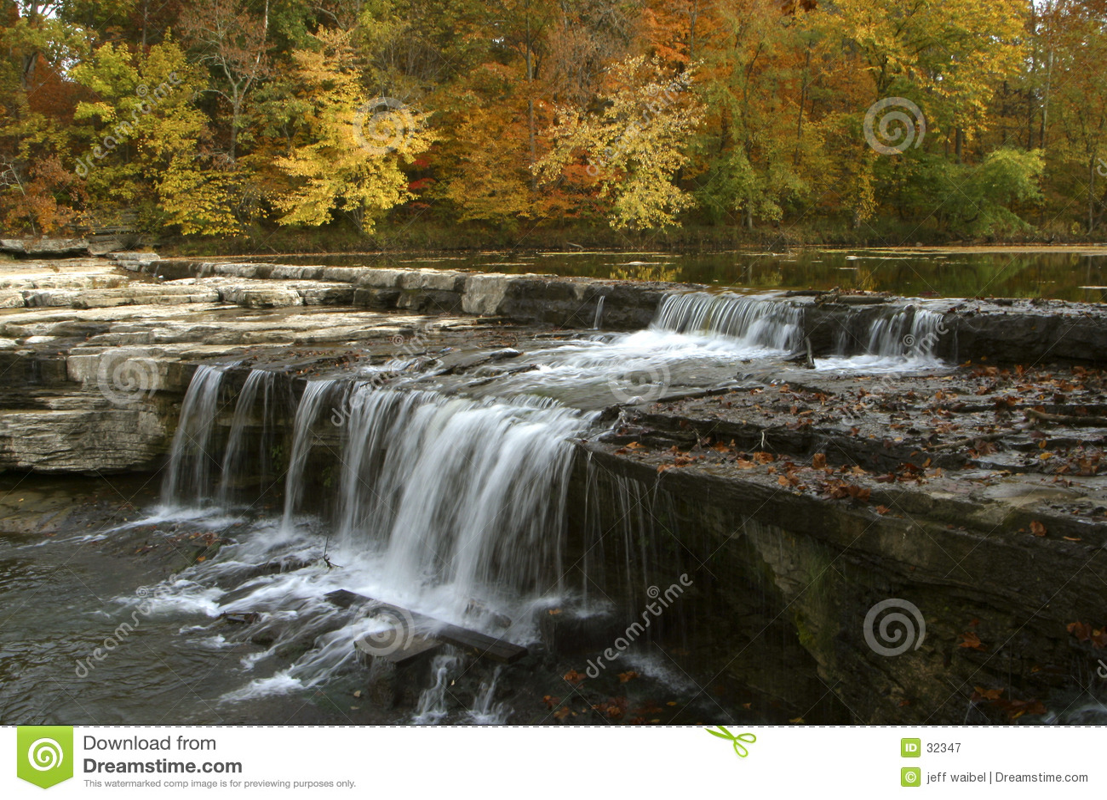 Liści jesienią wodospadu