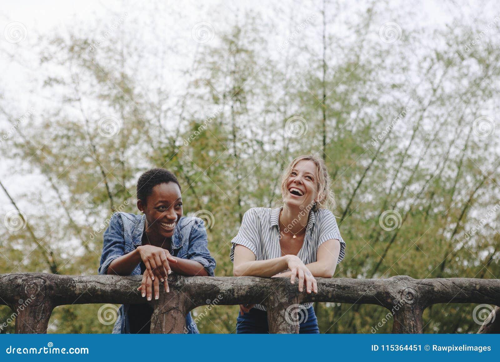 Liaison adulte femelle d amitié de deux jeune amis dehors, liberté et concept extérieur
