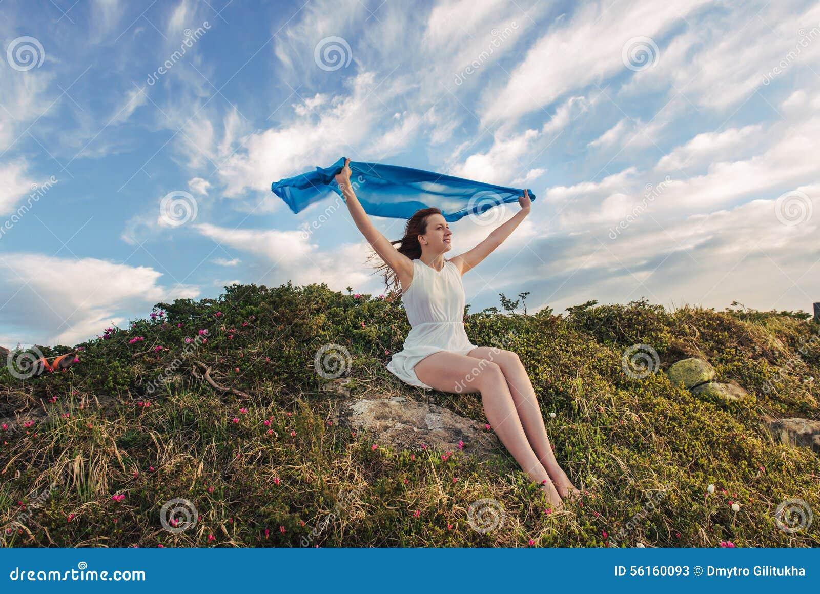 Liberté heureuse de sensation de femme et apprécier la nature