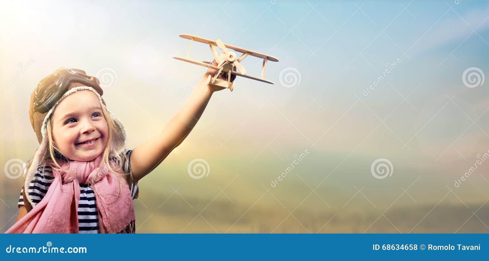 Libertad al sueño - niño alegre que juega con el aeroplano