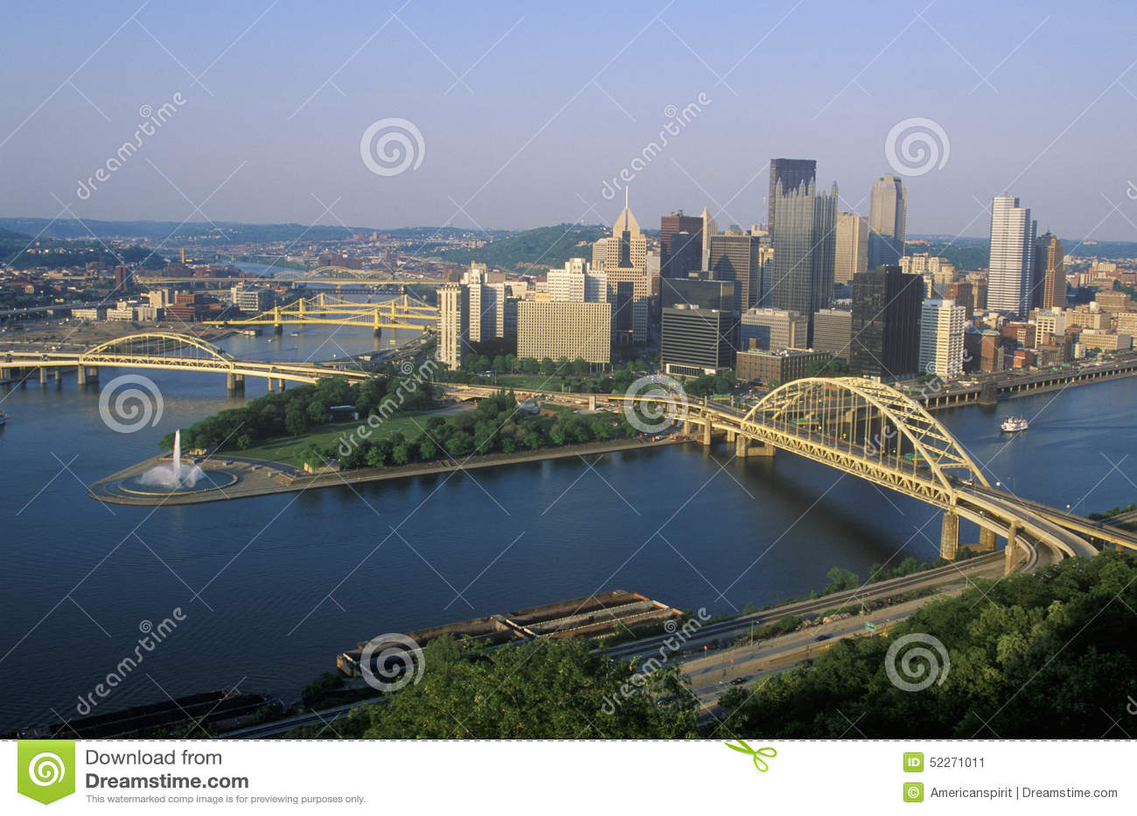 Liberty Bridge sobre el río de Allegheny en la puesta del sol con el horizonte de Pittsburgh, PA