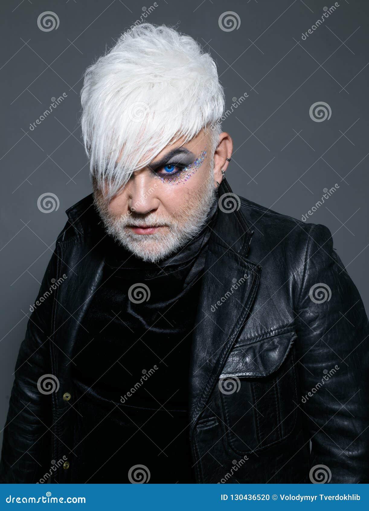 Libre et étrange Personne de transsexuel Homme exotique de hippie avec la coiffure de mode Style de mode de hippie support