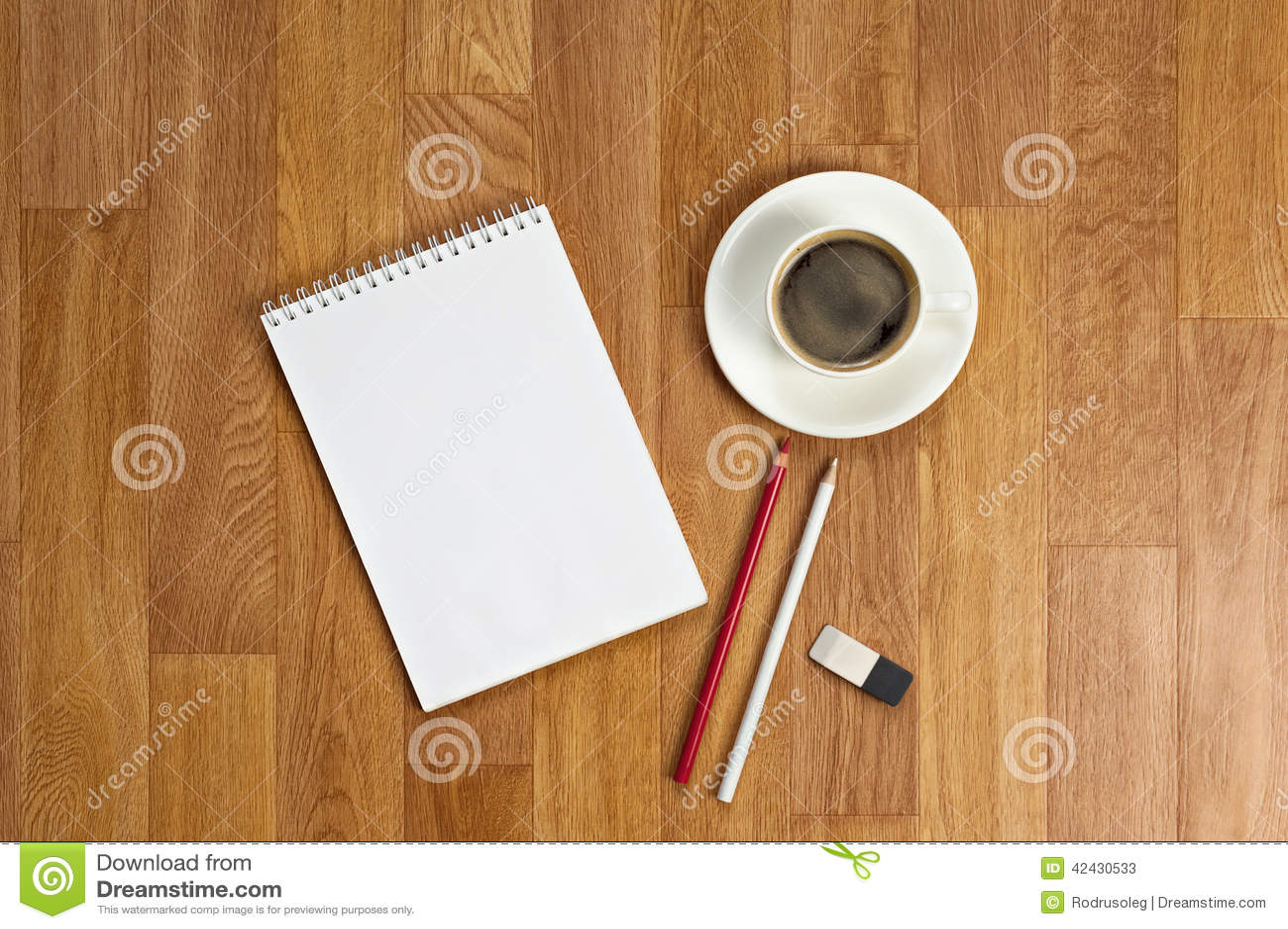 Libreta en blanco con los materiales de oficina y taza de café en t de madera
