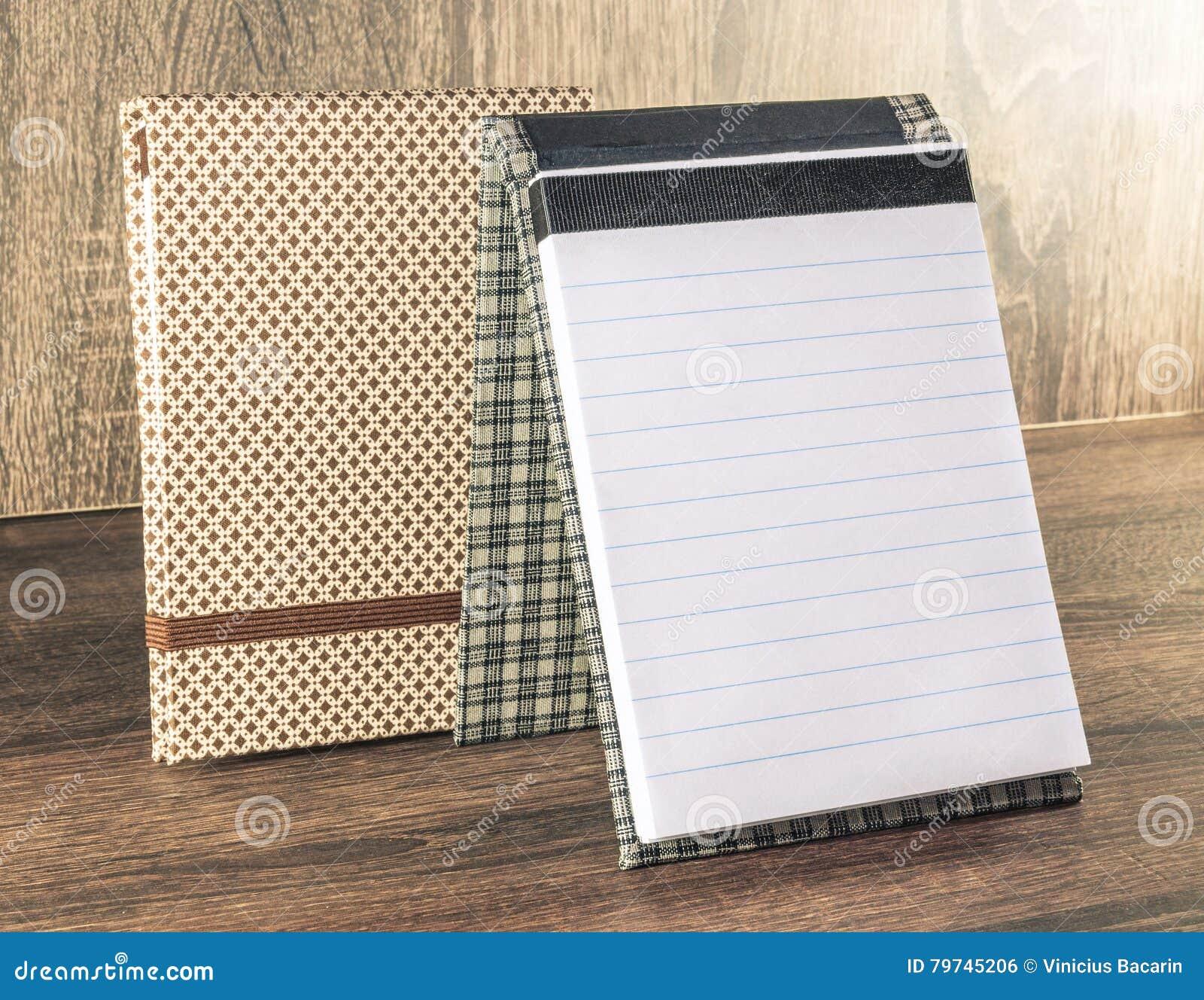 Libreta hecha a mano adornada con la tela usada para escribir recordatorios de su vida o negocio
