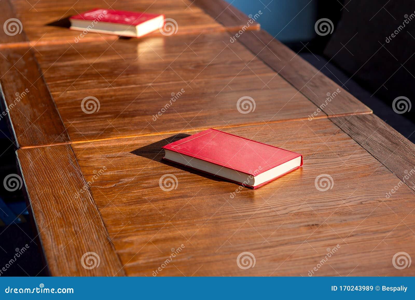 Libretto Di Copertina Rossa Senza Titolo Su Un Tavolo Di Legno Marrone Immagine Stock Immagine Di Oggetto Arte 170243989