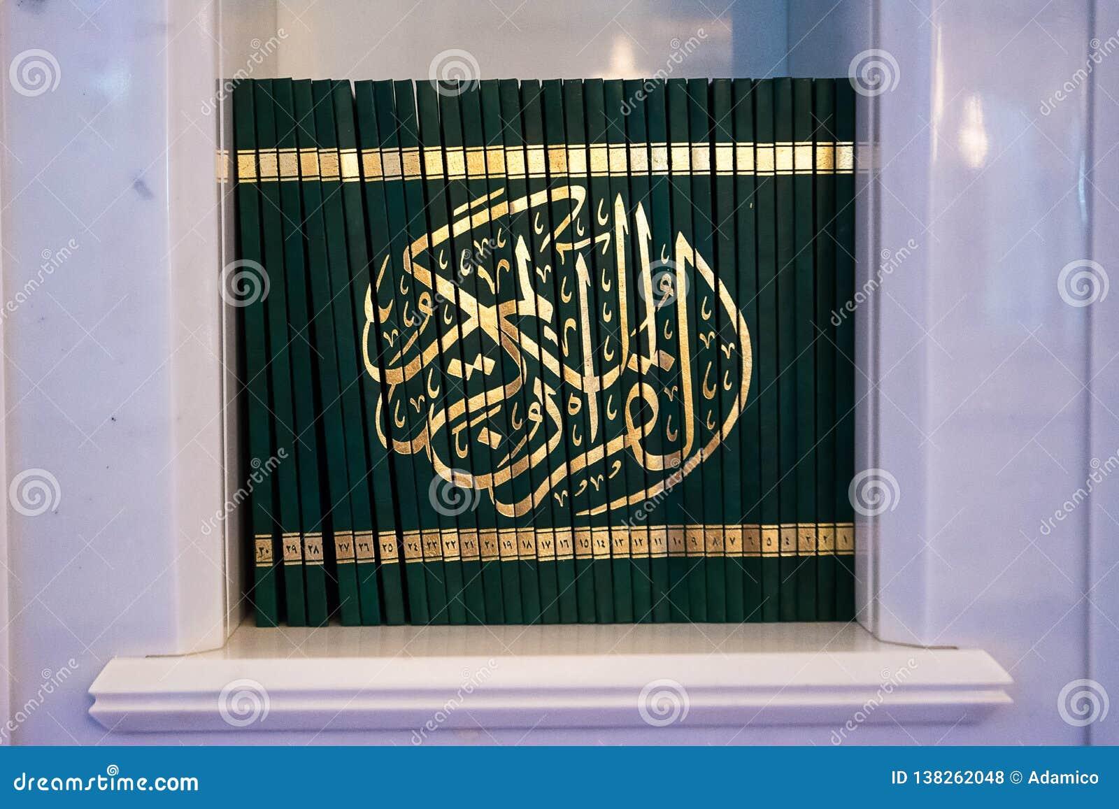 Libri del Corano dentro la moschea