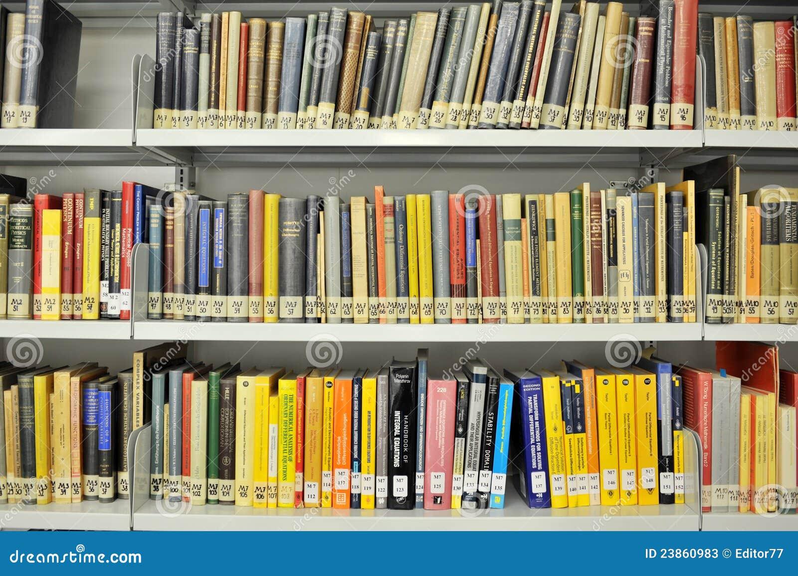 Libri di fisica sulle mensole in libreria fotografia stock for Mensole libreria