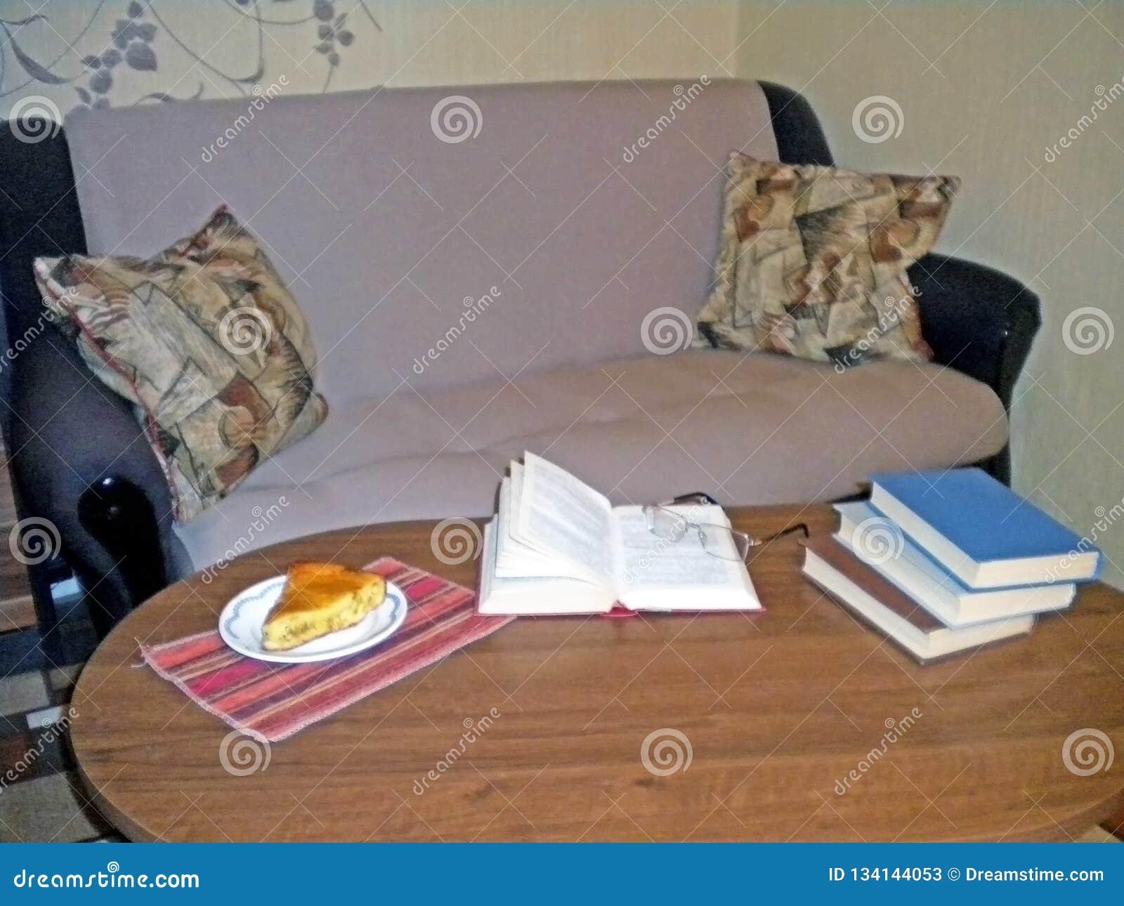 Libri di lettura con una torta saporita sullo strato