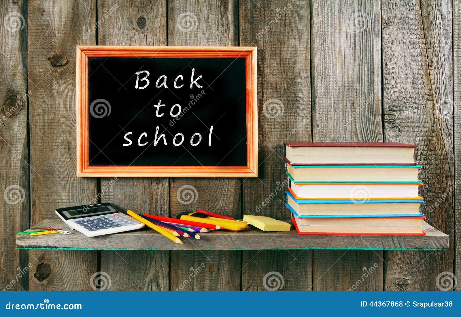 Libri e strumenti della scuola su fondo di legno