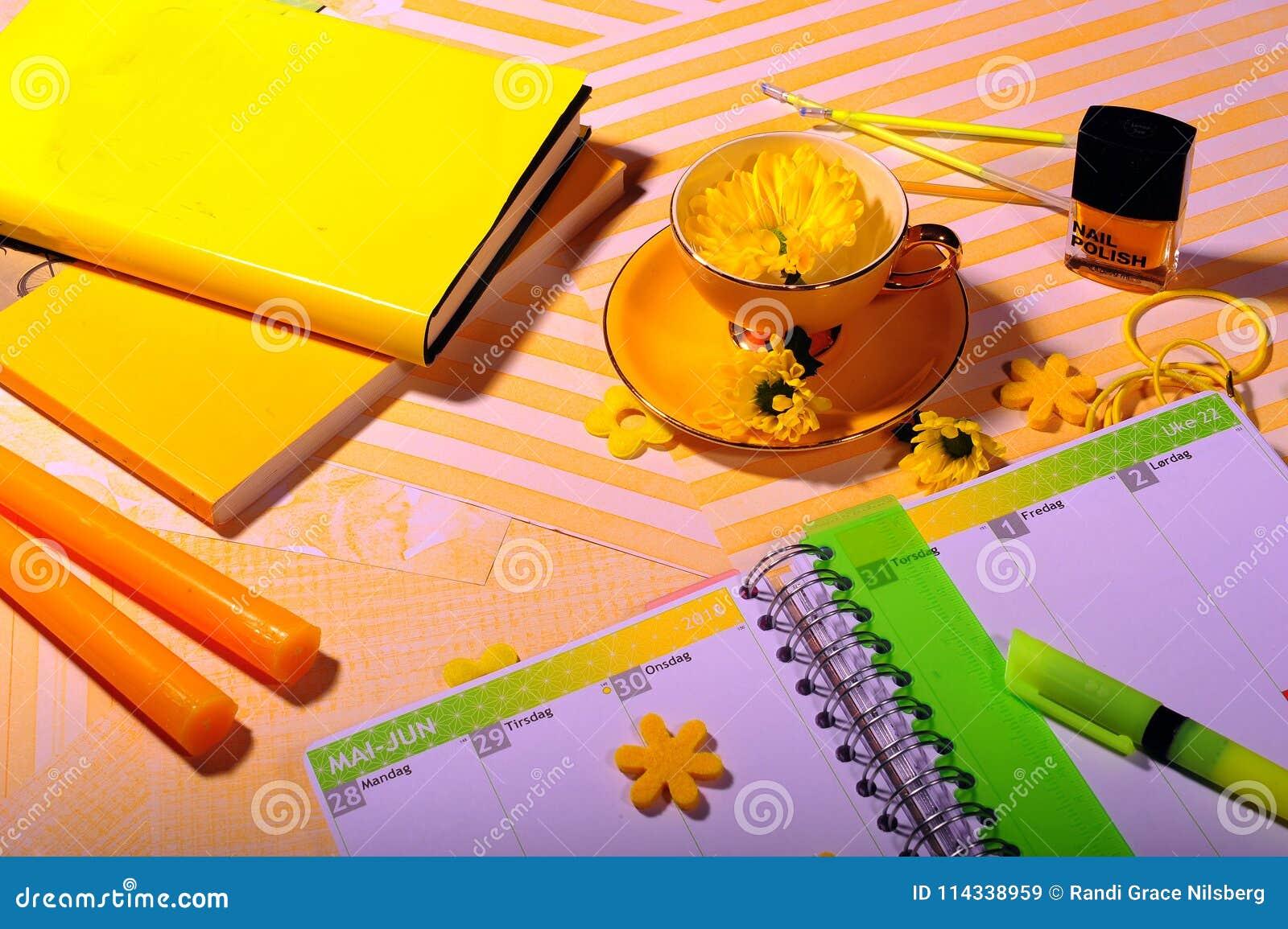 Fiori Gialli Libri.Libri Gialli Penne Candele Smalto Immagine Stock Immagine Di