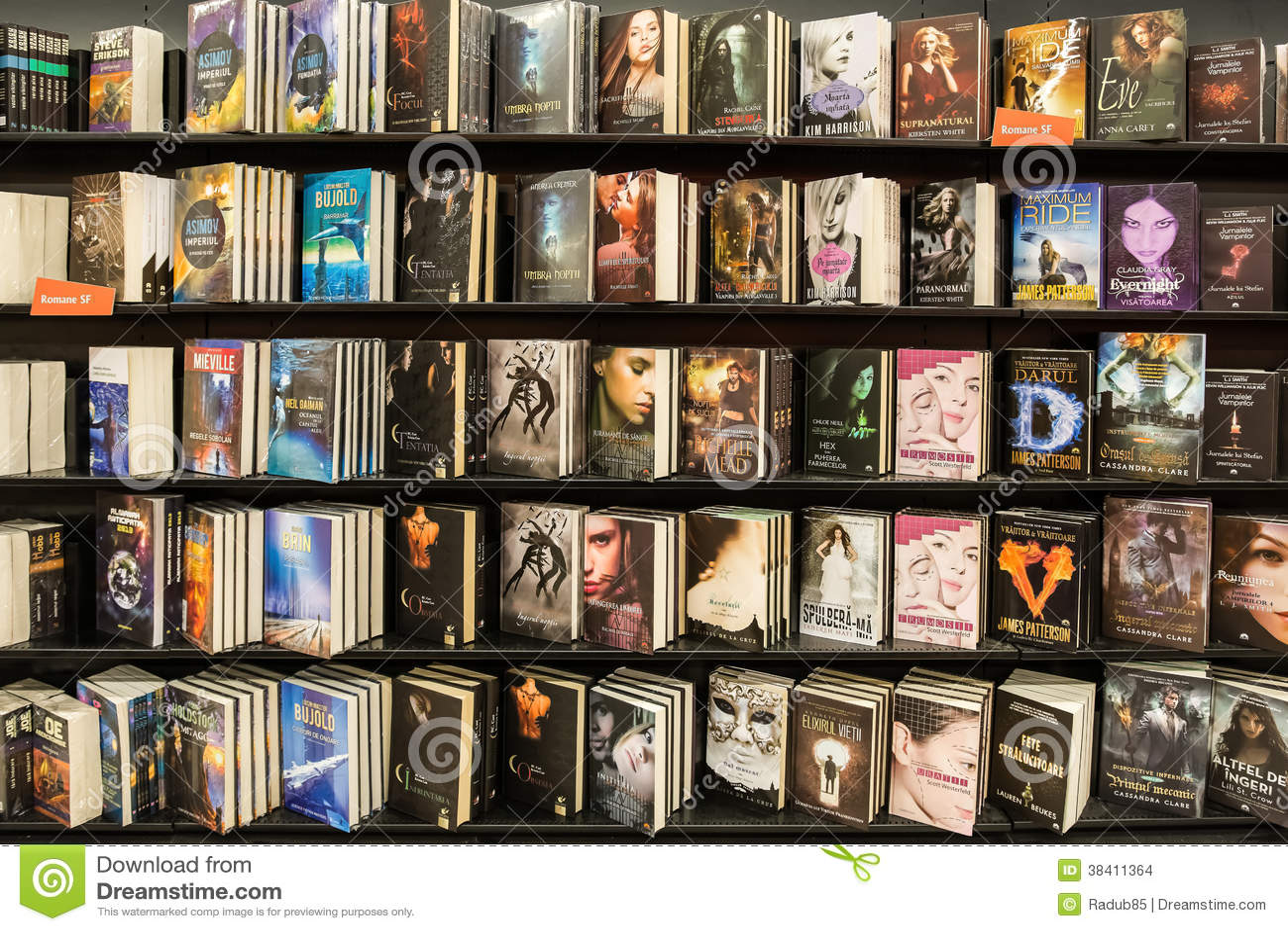 Libri moderni dei romanzi in biblioteca