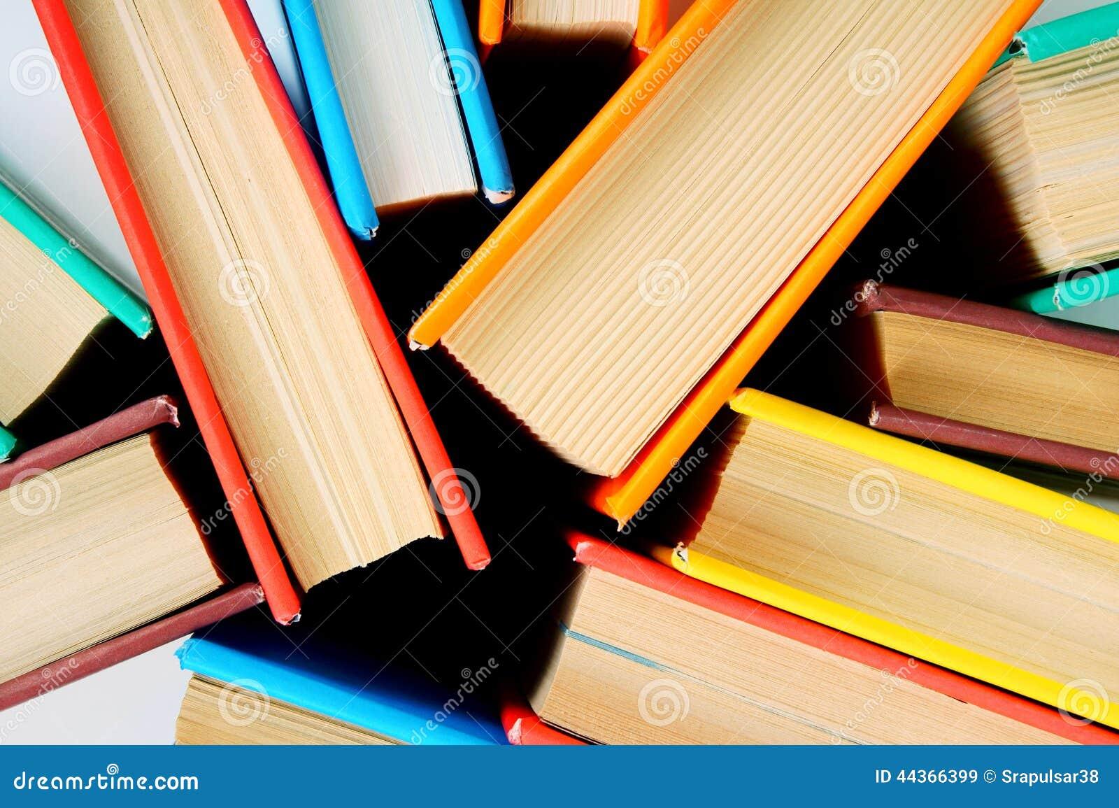Libri multicolori da sopra Fine in su