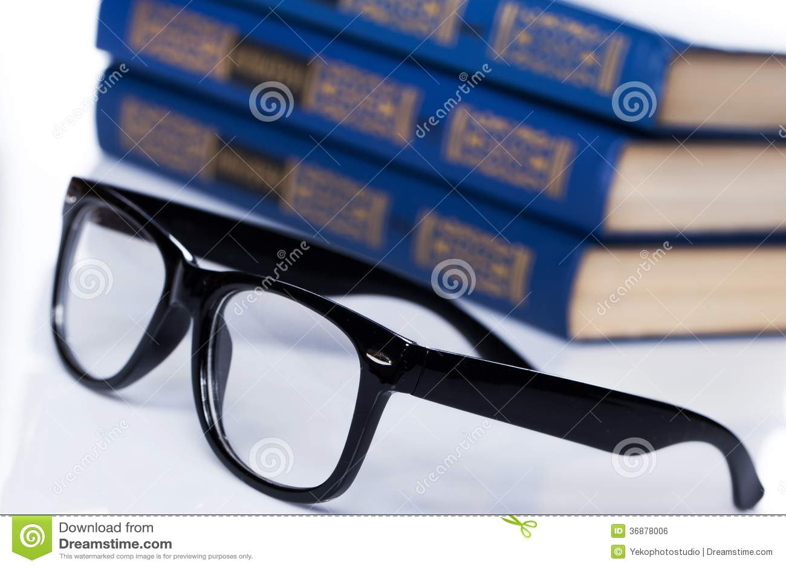 Download Libri. Pila Di Vecchi Libri Su Fondo Bianco Fotografia Stock - Immagine di pagina, conoscenza: 36878006