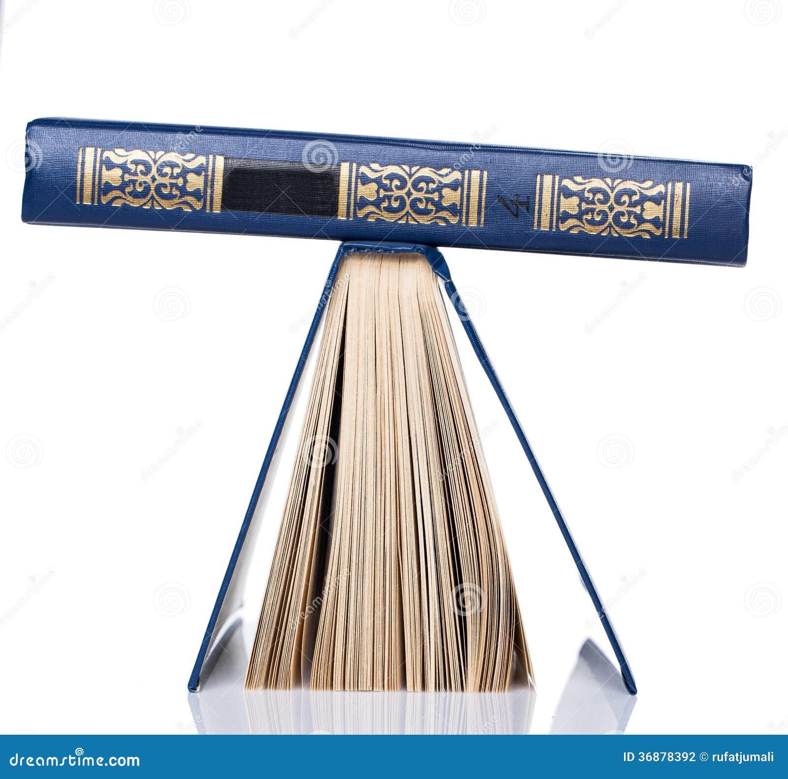 Download Libri. Pila Di Vecchi Libri Su Fondo Bianco Fotografia Stock - Immagine di storia, libro: 36878392