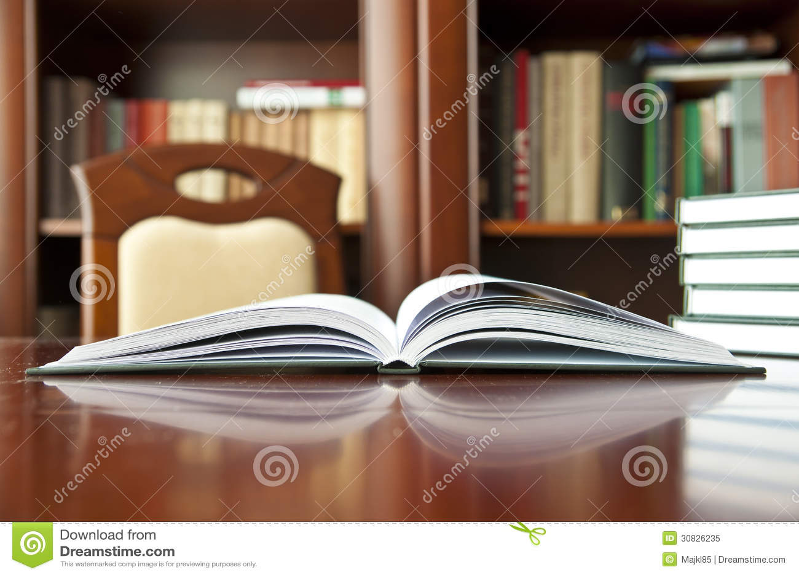 Libri su una tavola di legno