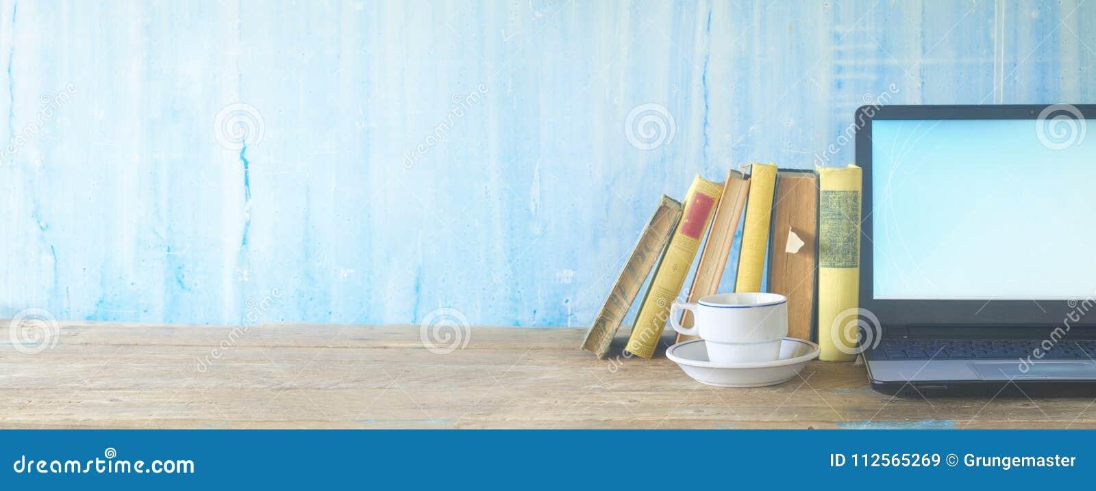 Libri, tazza di caffè e computer portatile, imparanti, istruzione