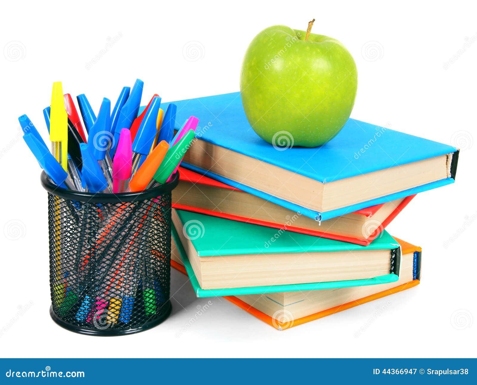 Libri, una mela e matite Su fondo bianco