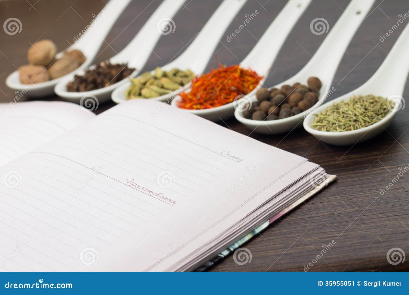Libro abierto de la cocina con diverso de especias