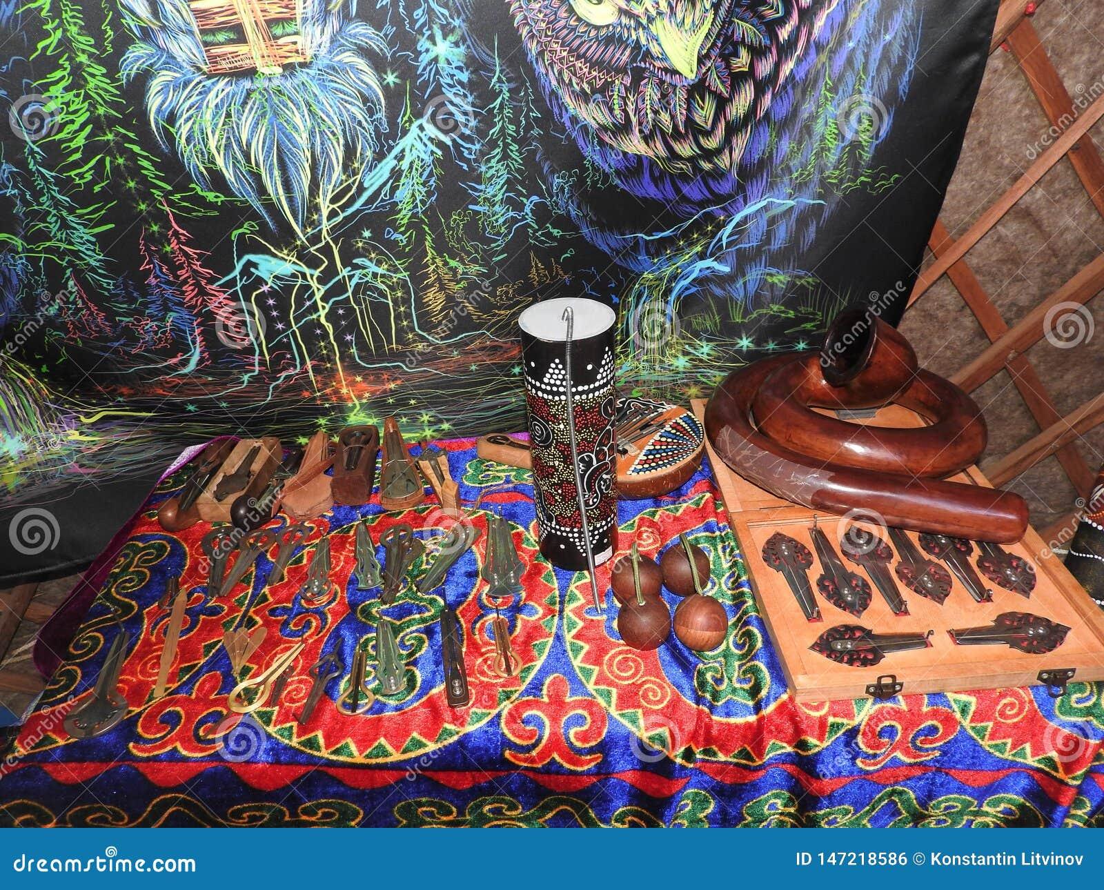 Libro aperto con le erbe curative, i fiori della lavanda, le candele, le bottiglie della pozione e gli oggetti magici Occulto, es
