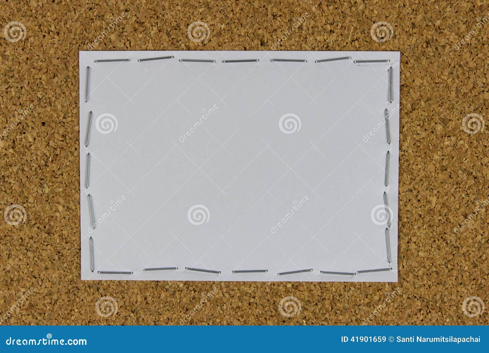Libro Blanco atado en el tablero marrón con la grapadora