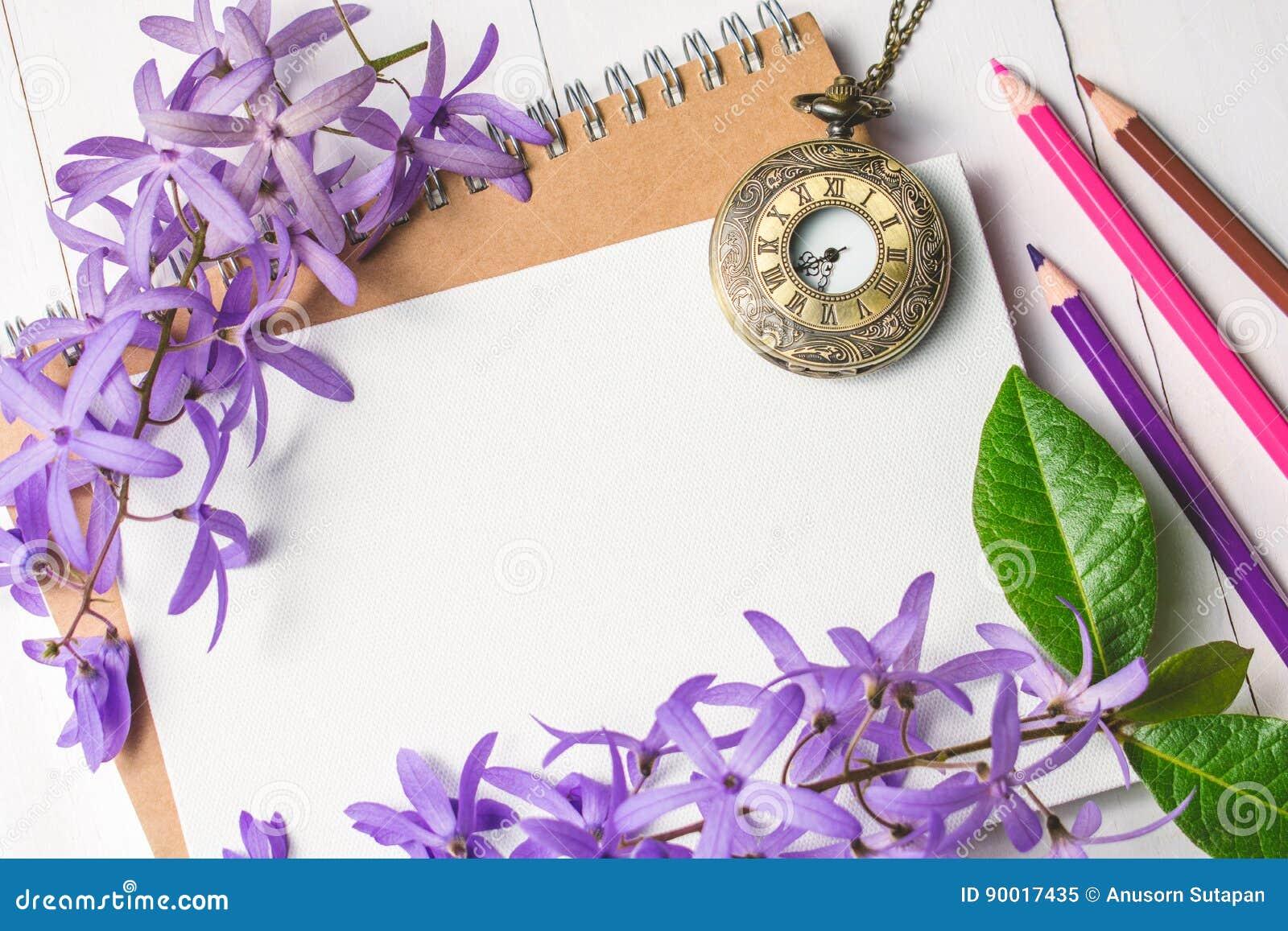 Libro Blanco En Blanco Con Las Flores Y El Reloj Púrpuras Del Collar ...
