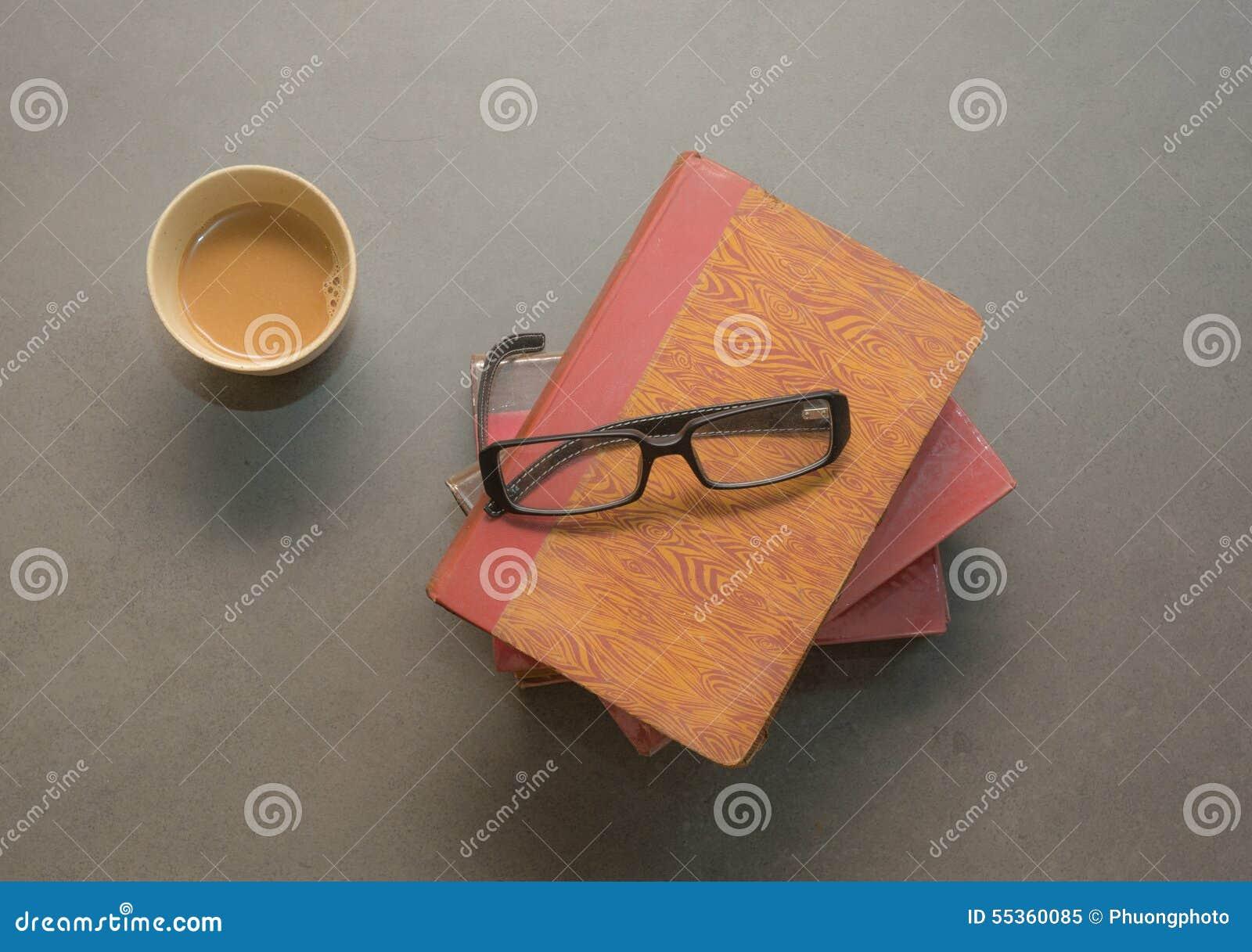 Libro con i vetri sul pavimento