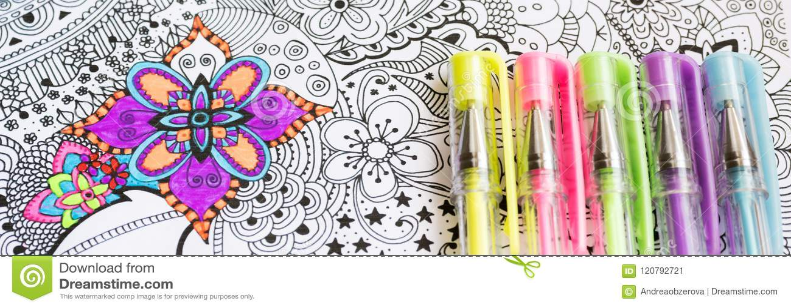 Libro da colorare adulto, nuova tendenza di alleviamento di sforzo Concetto di terapia, di salute mentale, di creatività e di con