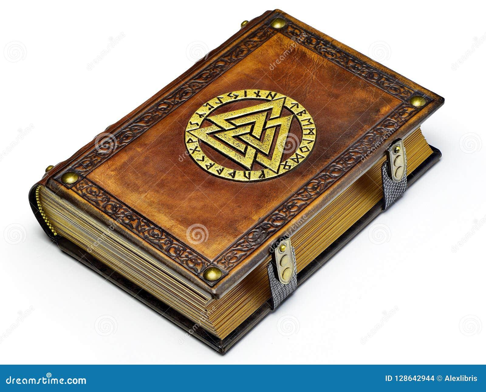 Libro de cuero del vintage con el símbolo de Odin dorado, rodeado con las runas
