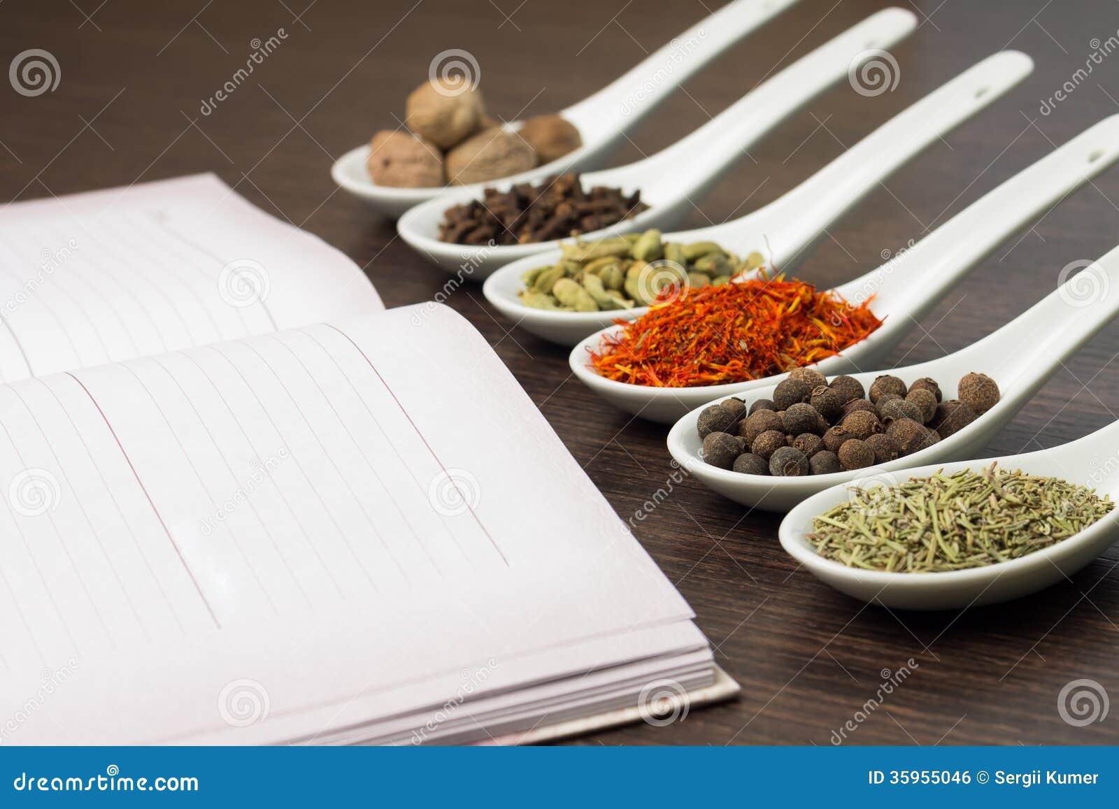 Libro de la cocina con diverso de especias