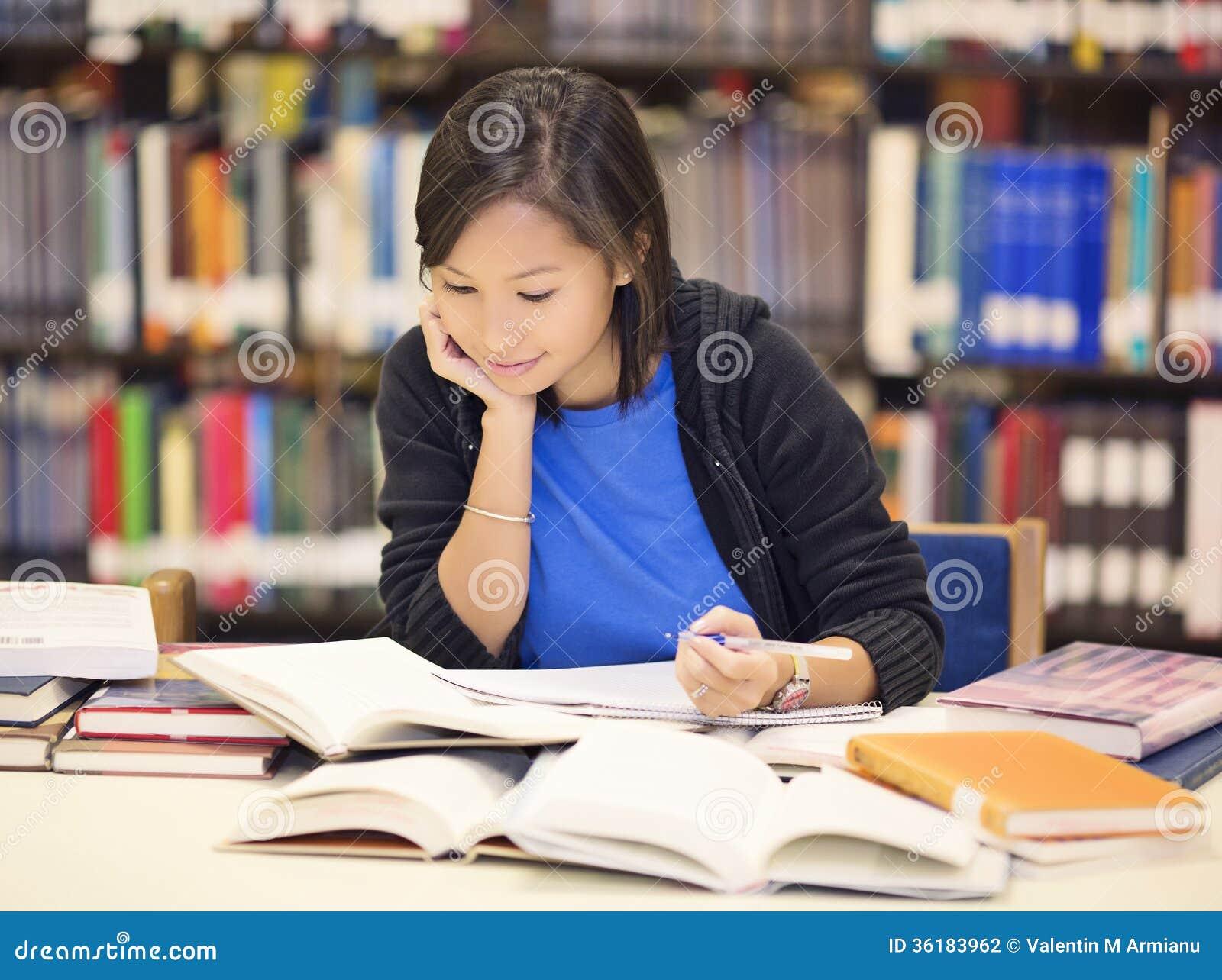 Libro de la sentada y de lectura del estudiante en biblioteca