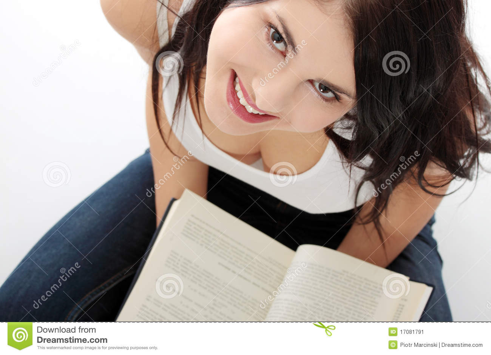 Libro de lectura caucásico joven hermoso de la mujer