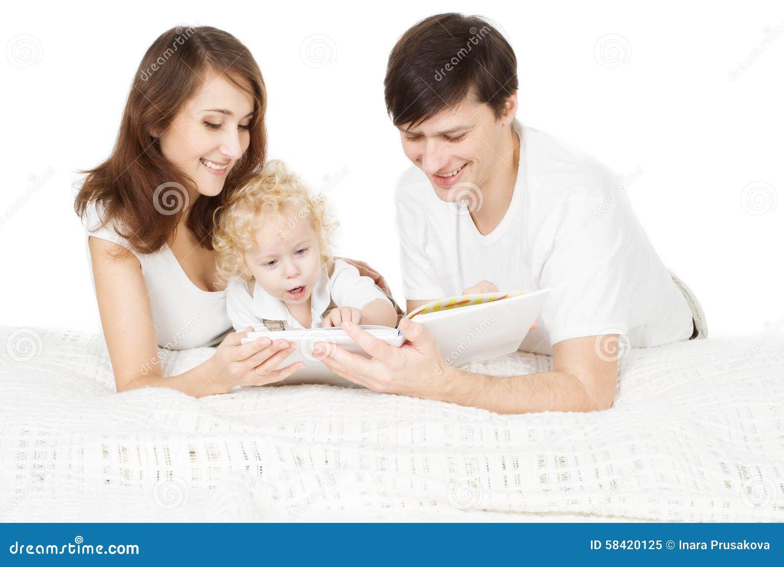 Libro de lectura de la familia, padre Read de la madre de los padres con el niño