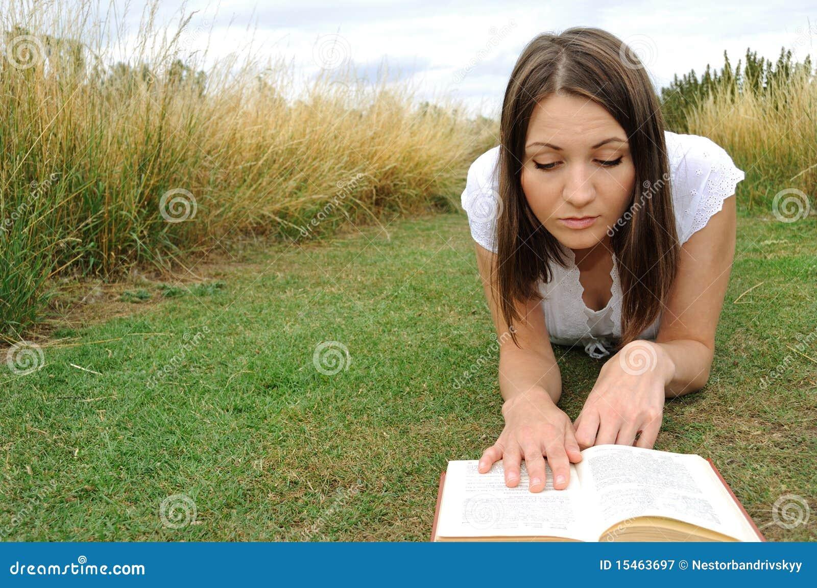 Libro de lectura de la mujer en campo