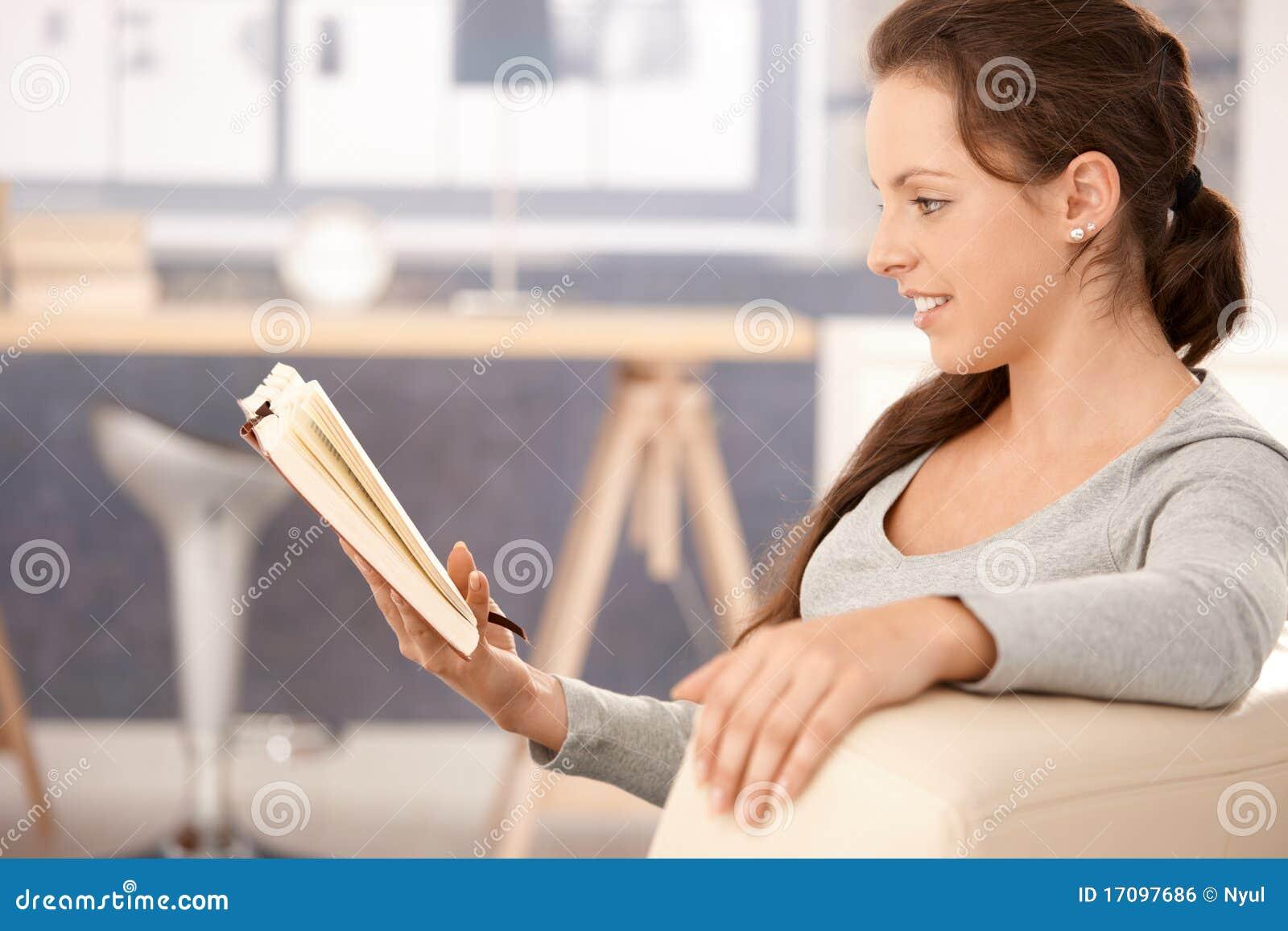 Libro de lectura de la mujer joven en el país