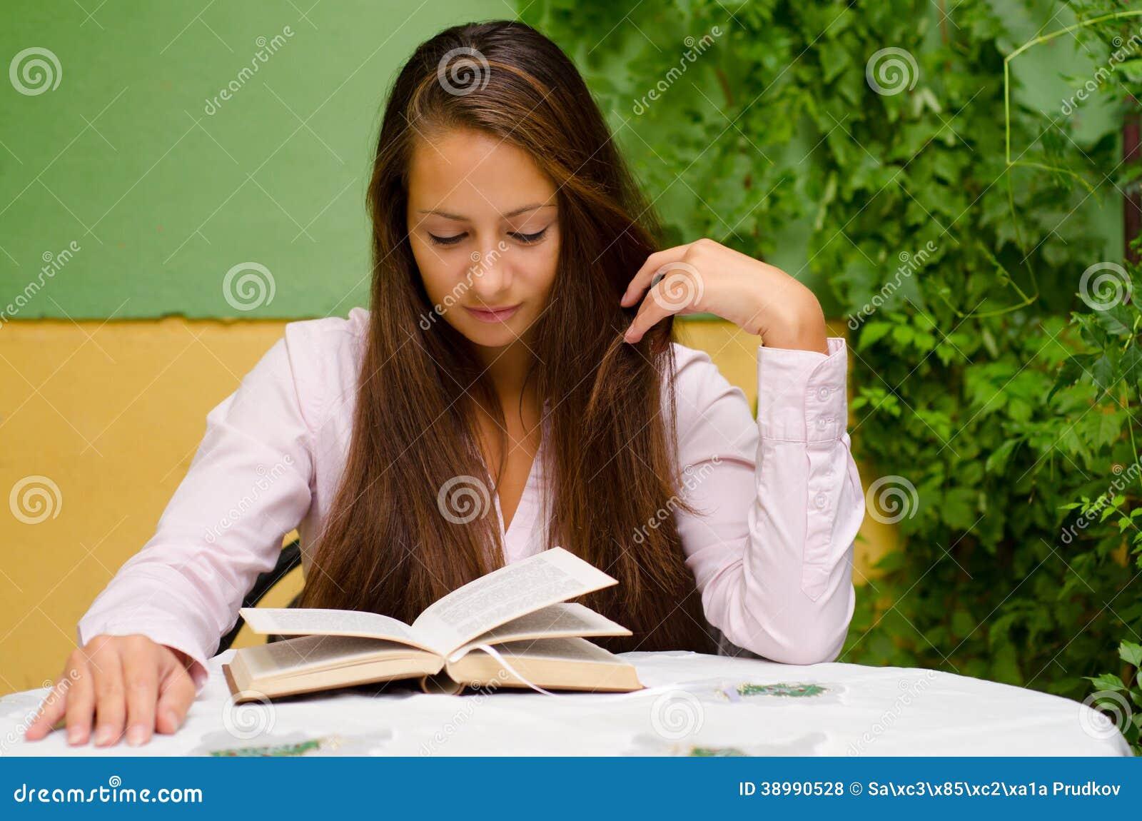 Libro de lectura hermoso de la muchacha en el jardín