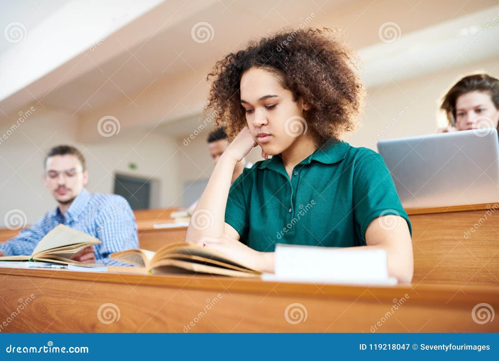 Libro de texto afroamericano concentrado de la lectura del estudiante