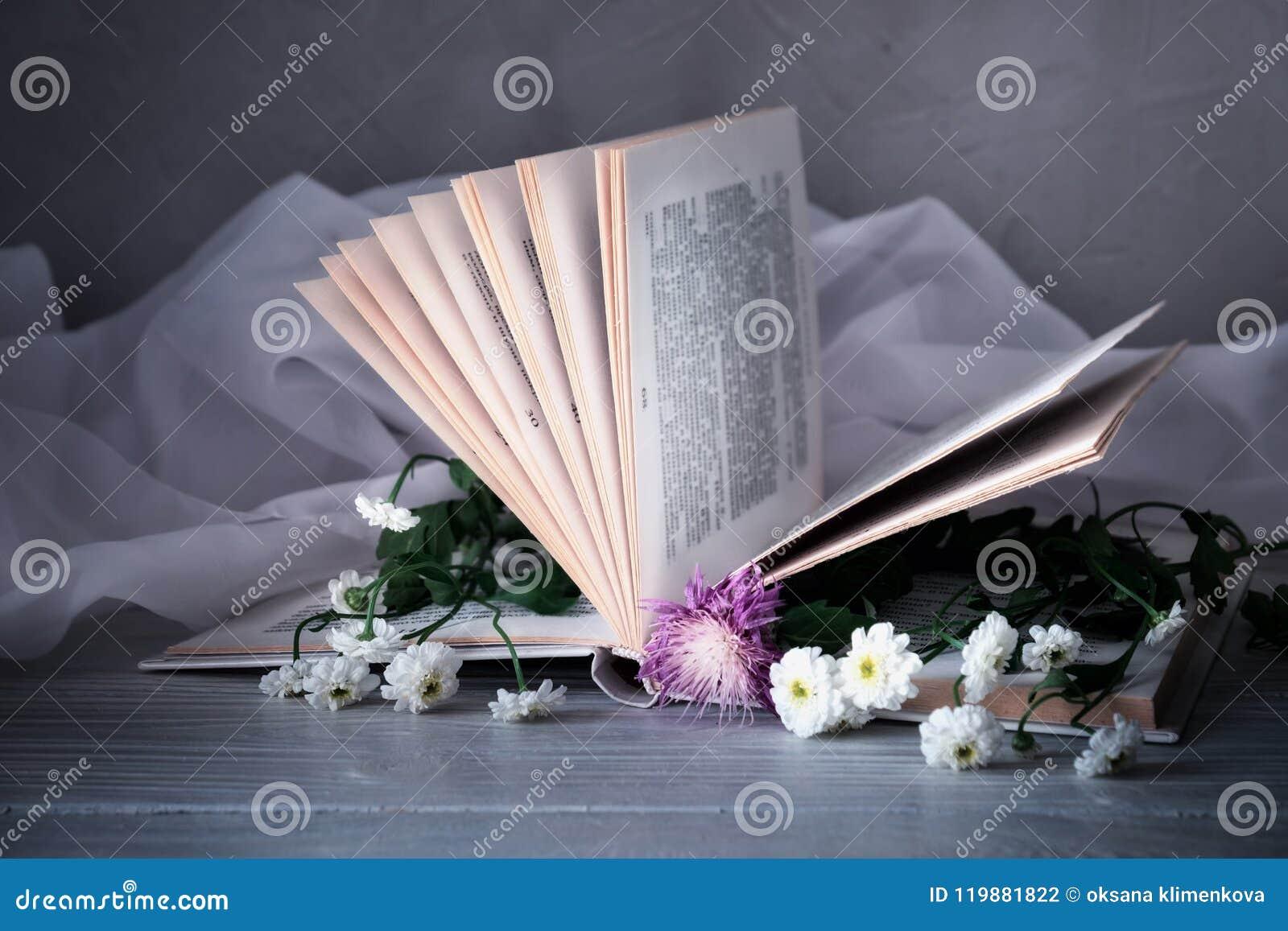 Libro del vintage con el ramo de flores dentro fondo romántico nostálgico del vintage