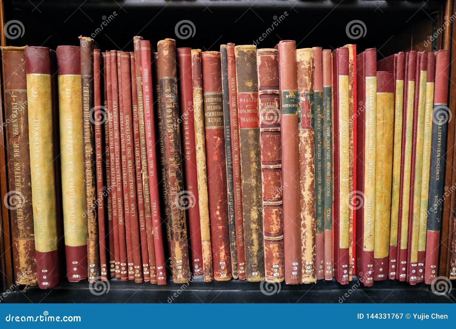 Libro del vintage en los estantes de madera