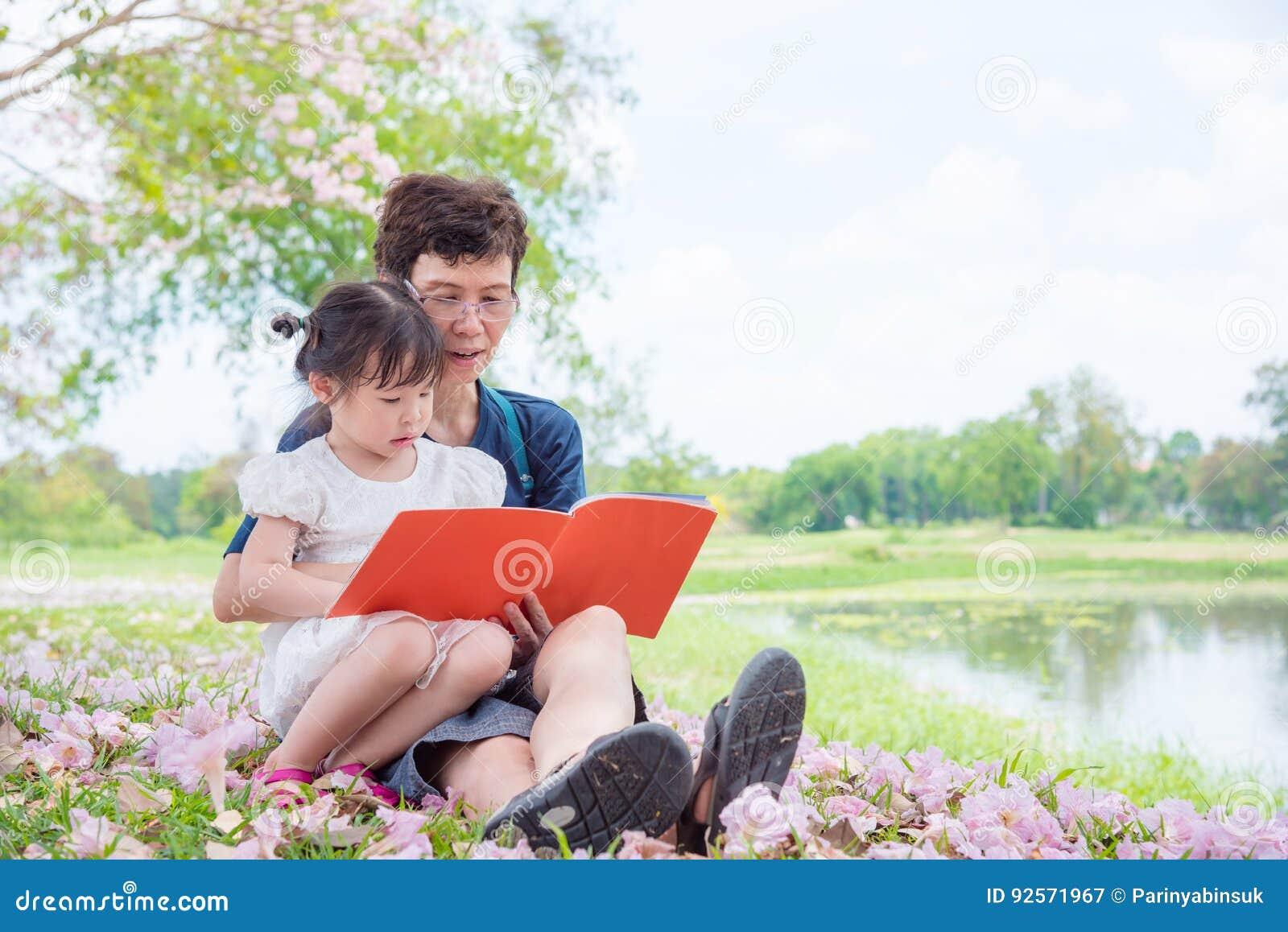 Libro di lettura della nonna per la sua nipote