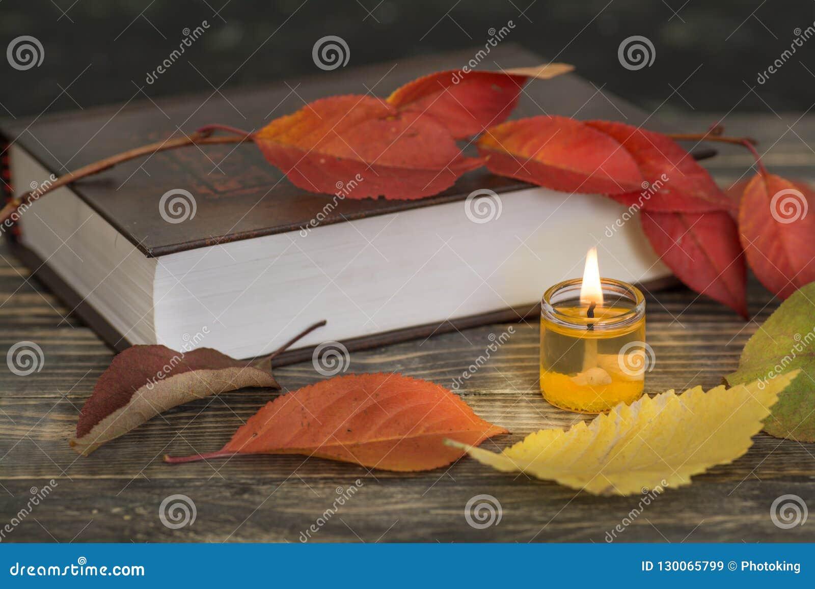 Libro di poesia con la candela