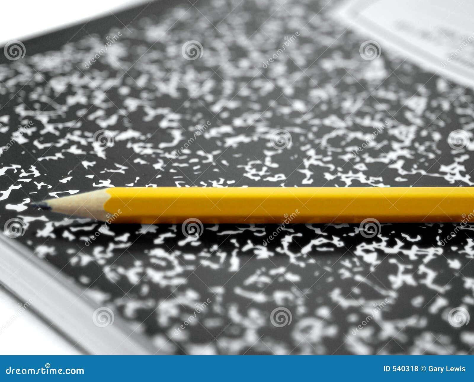 Libro e matita della composizione