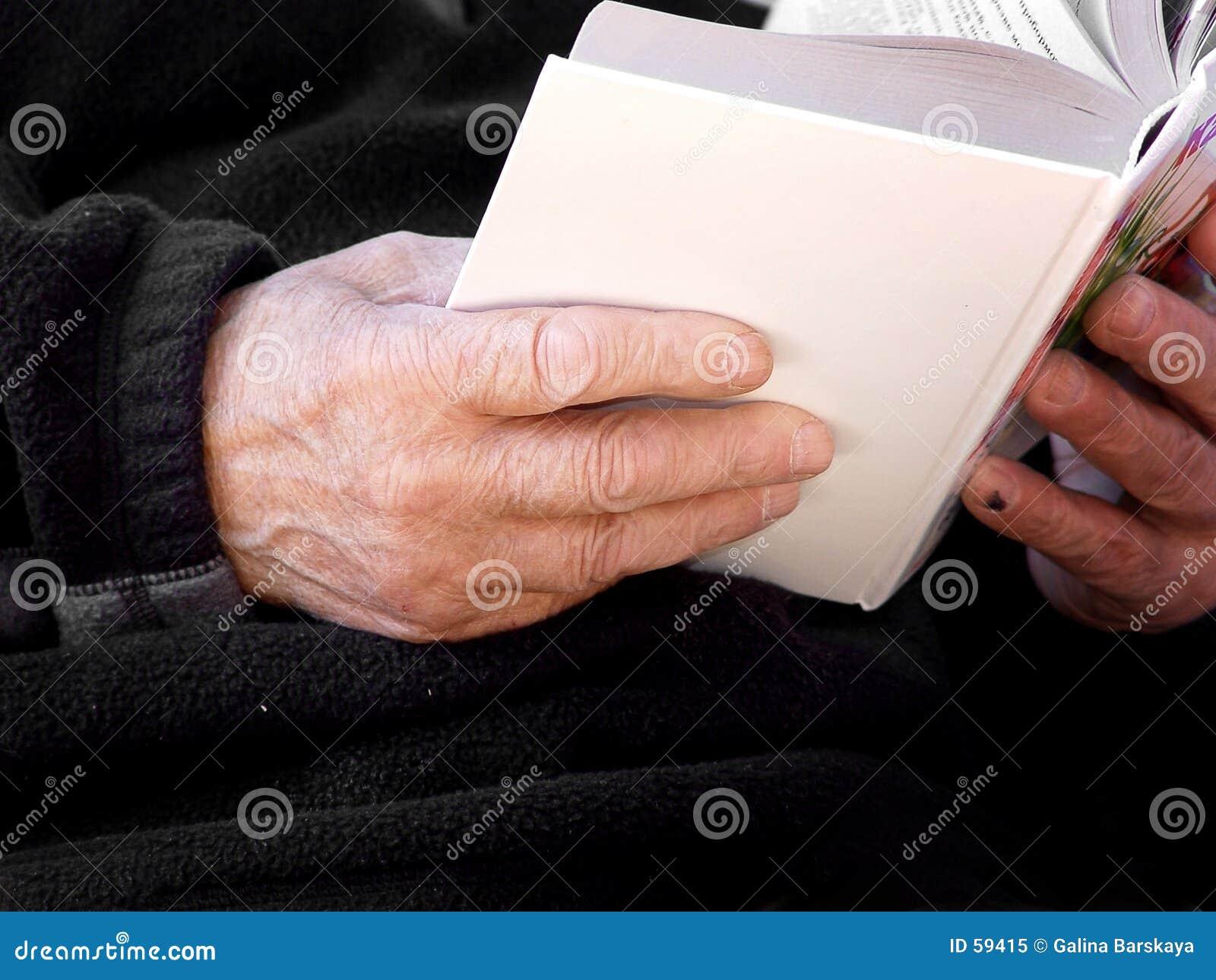 Libro en viejas manos