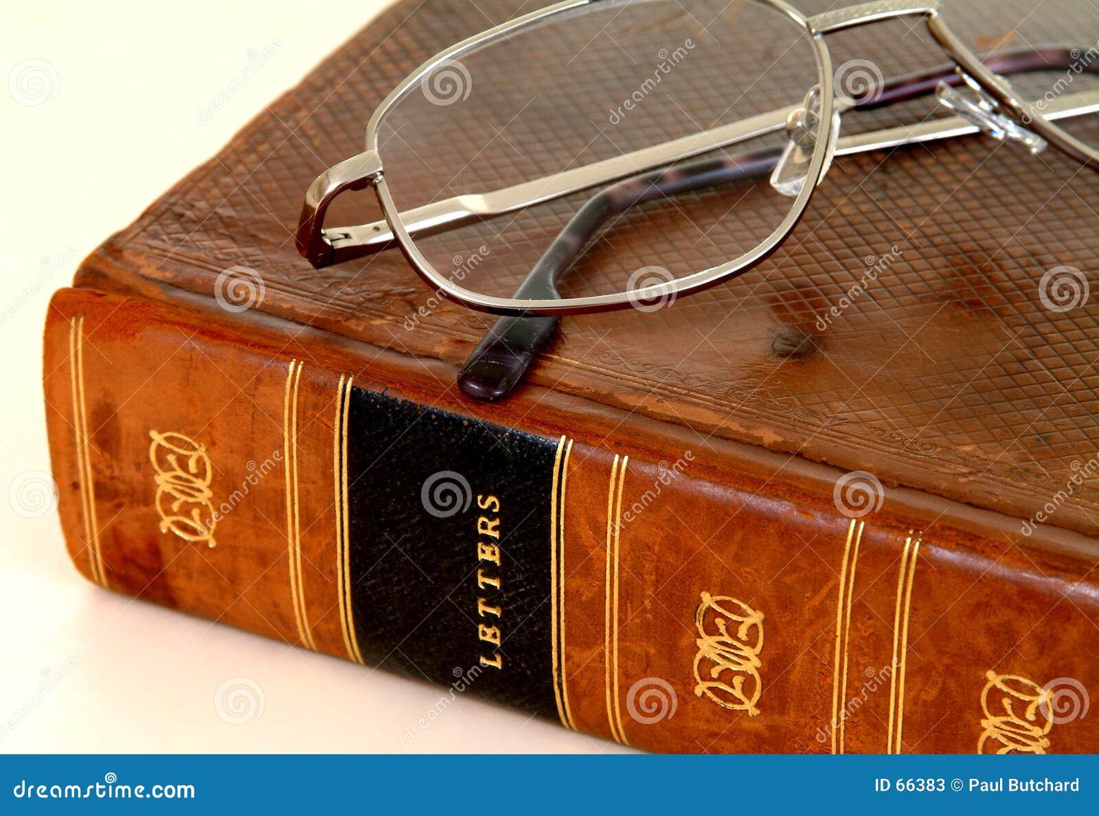 Libro encuadernado de cuero del siglo XVIII con las gafas