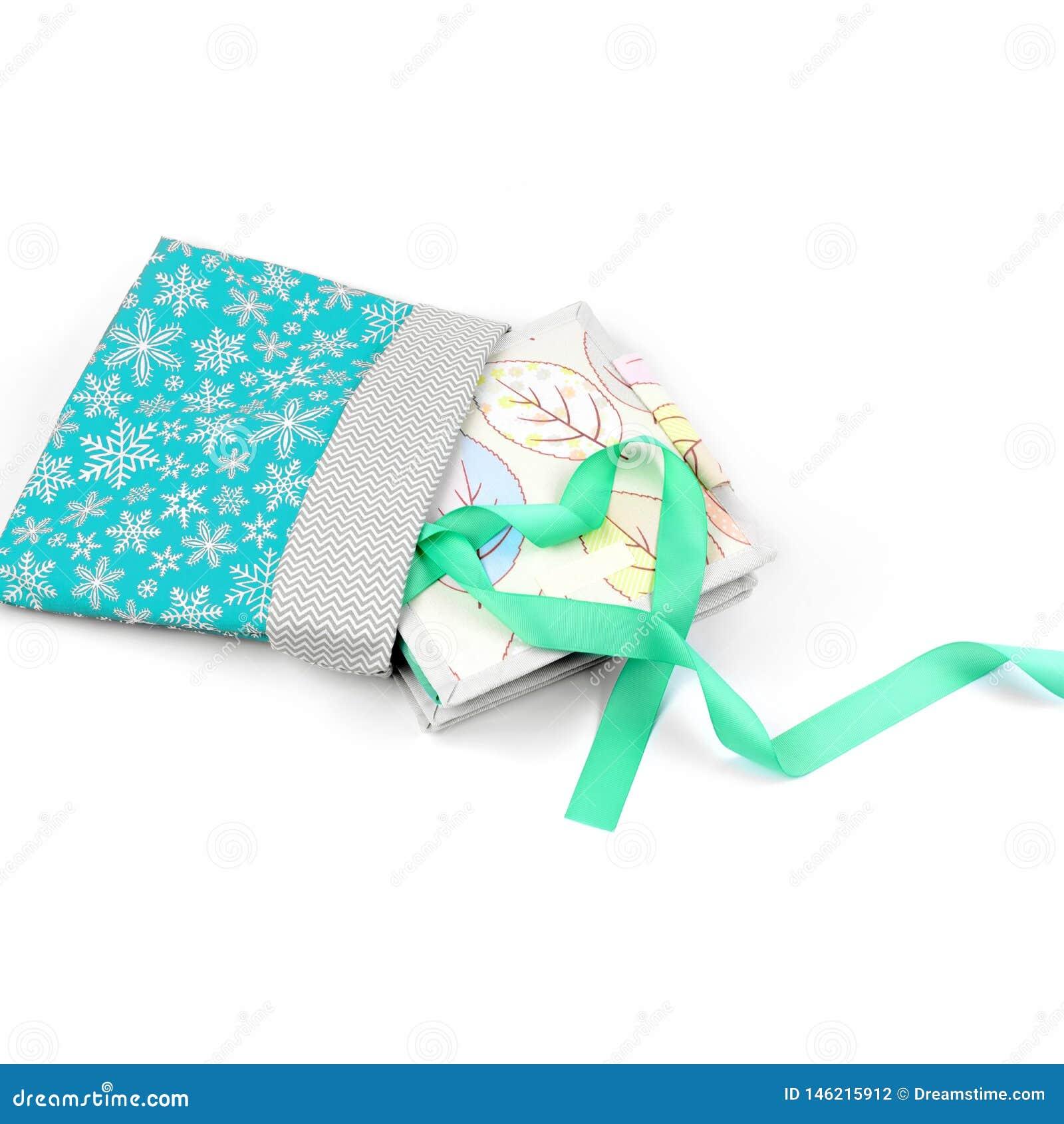 Libro hecho a mano de la materia textil en envoltorio para regalos