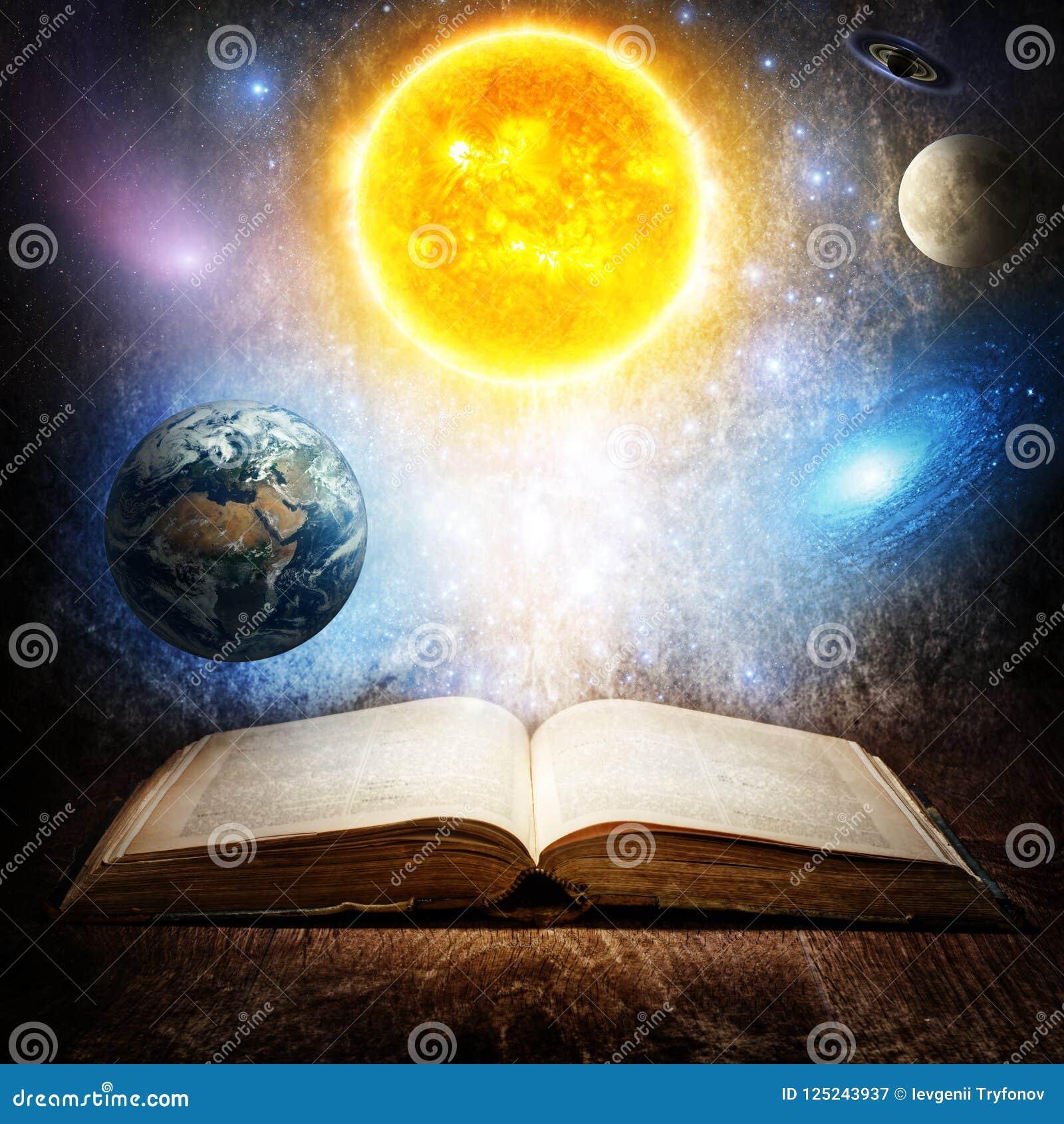 Libro mágico abierto con el sol, la tierra, la luna, Saturno, las estrellas y la galaxia Concepto en el tema de la astronomía o d