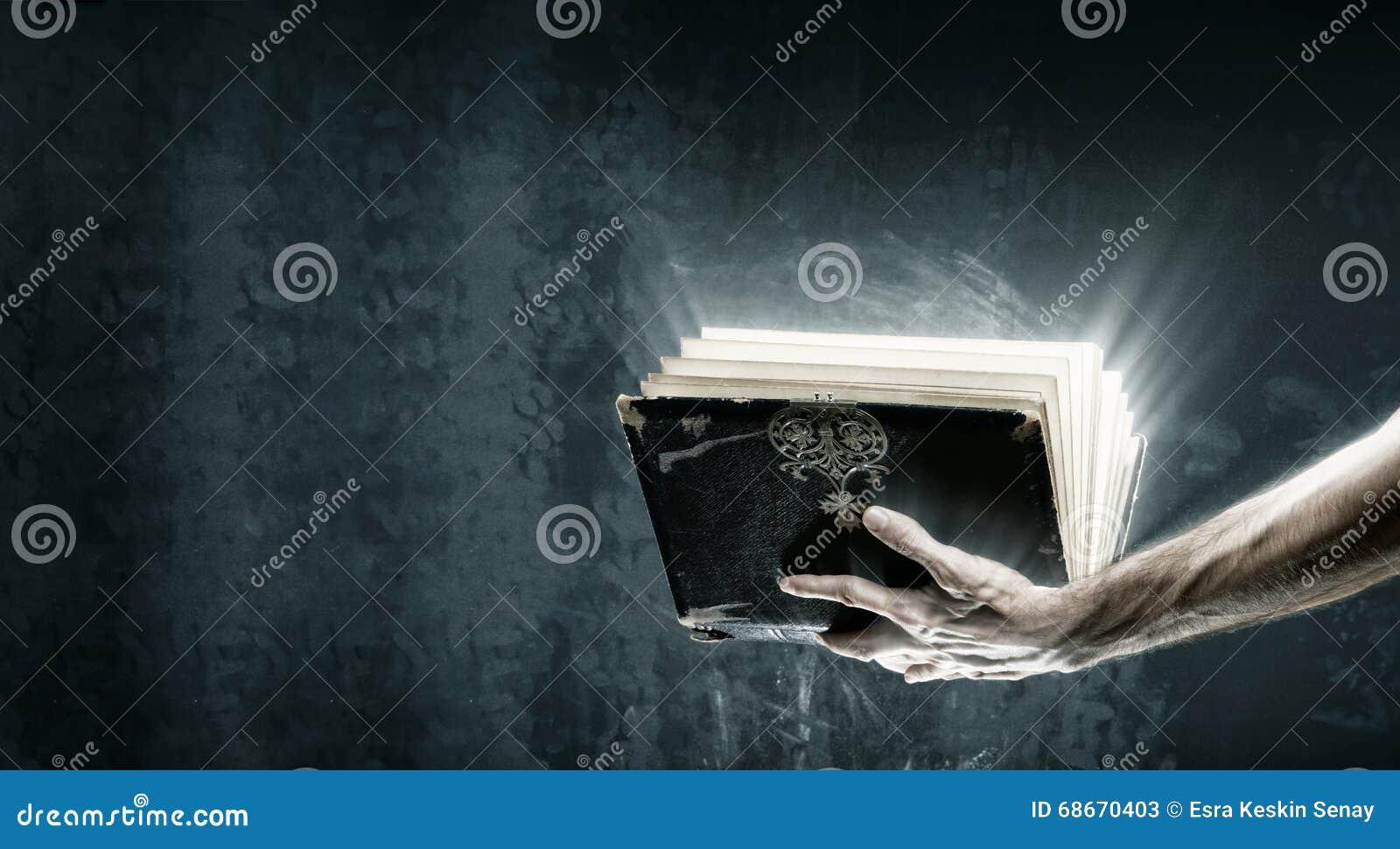 Libro magico aperto con le luci magiche